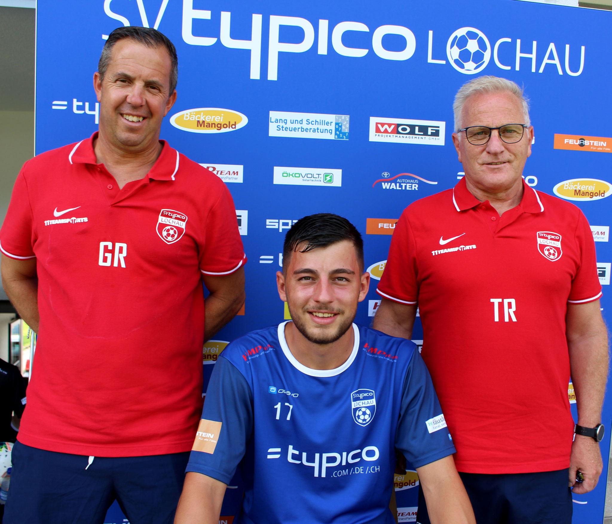 Kapitän Fabio Feldkircher mit Co-Trainer Günther Riedesser und Trainer Peter Sallmayer