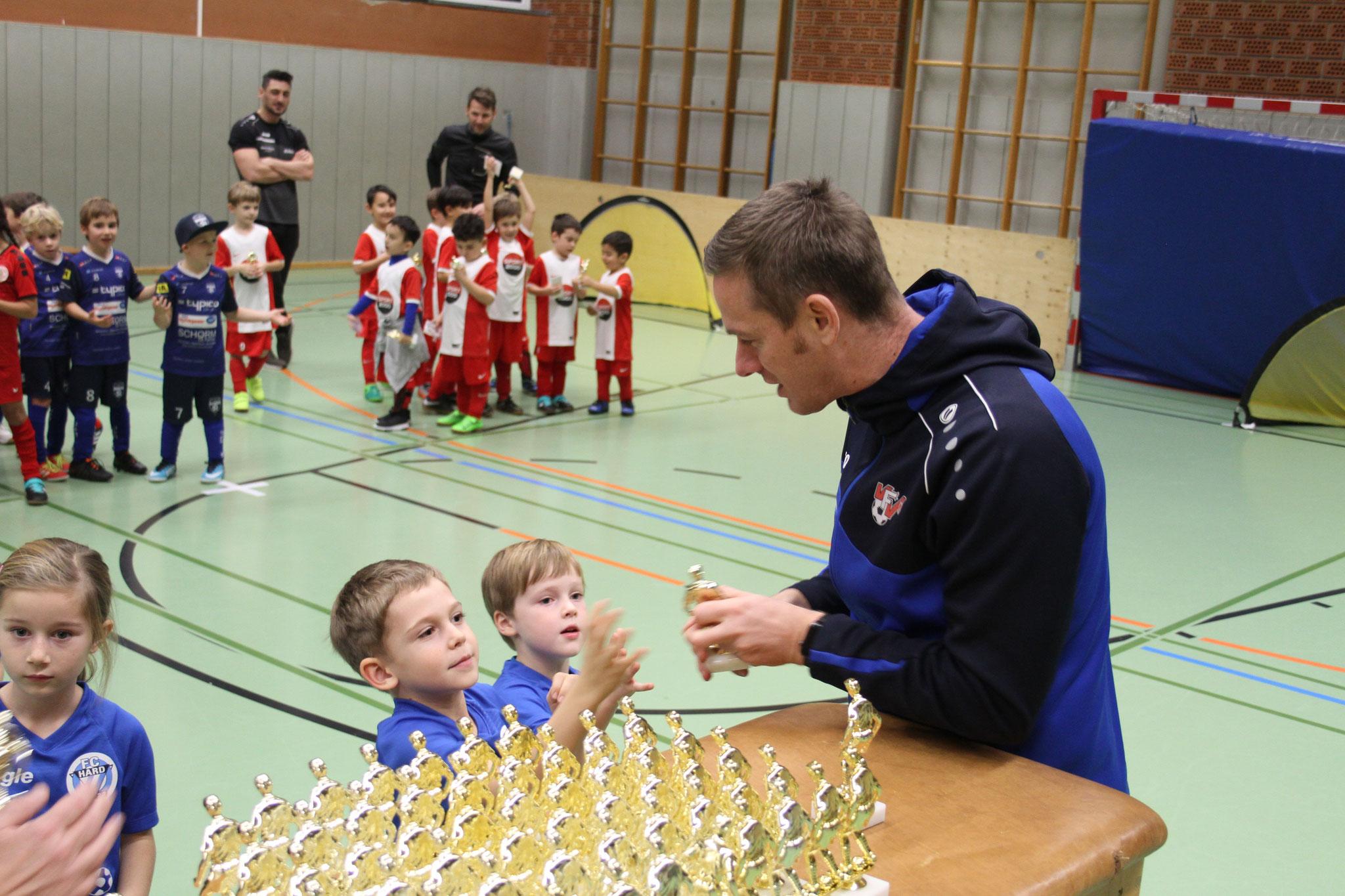 VFV-Leiter-Kinderfußball Oliver Mattle übergab die Pokale an die Spieler