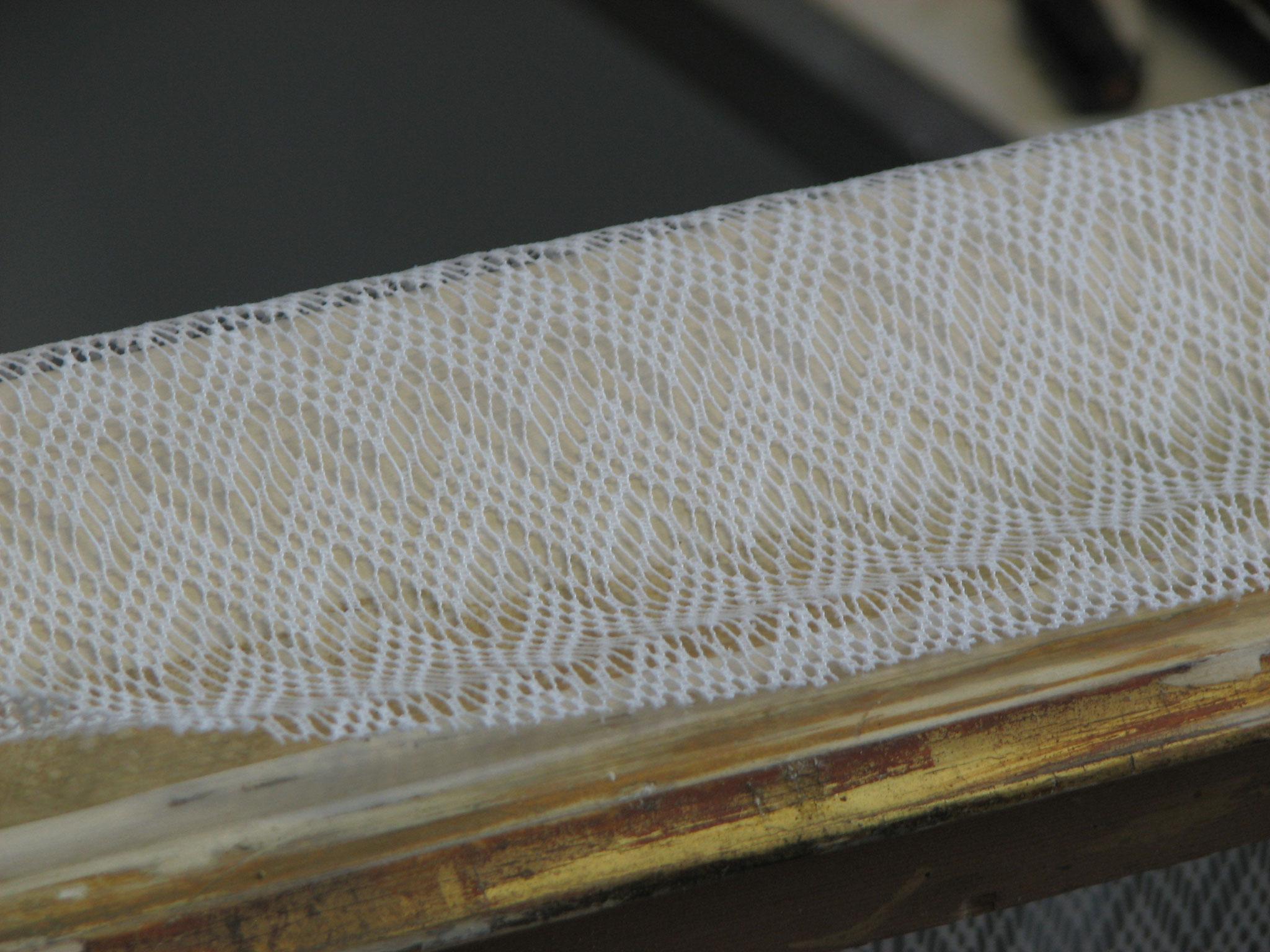 Nach erfolgter Holzergänzung, Aufbringen eines nachgewebtes Spitzenband
