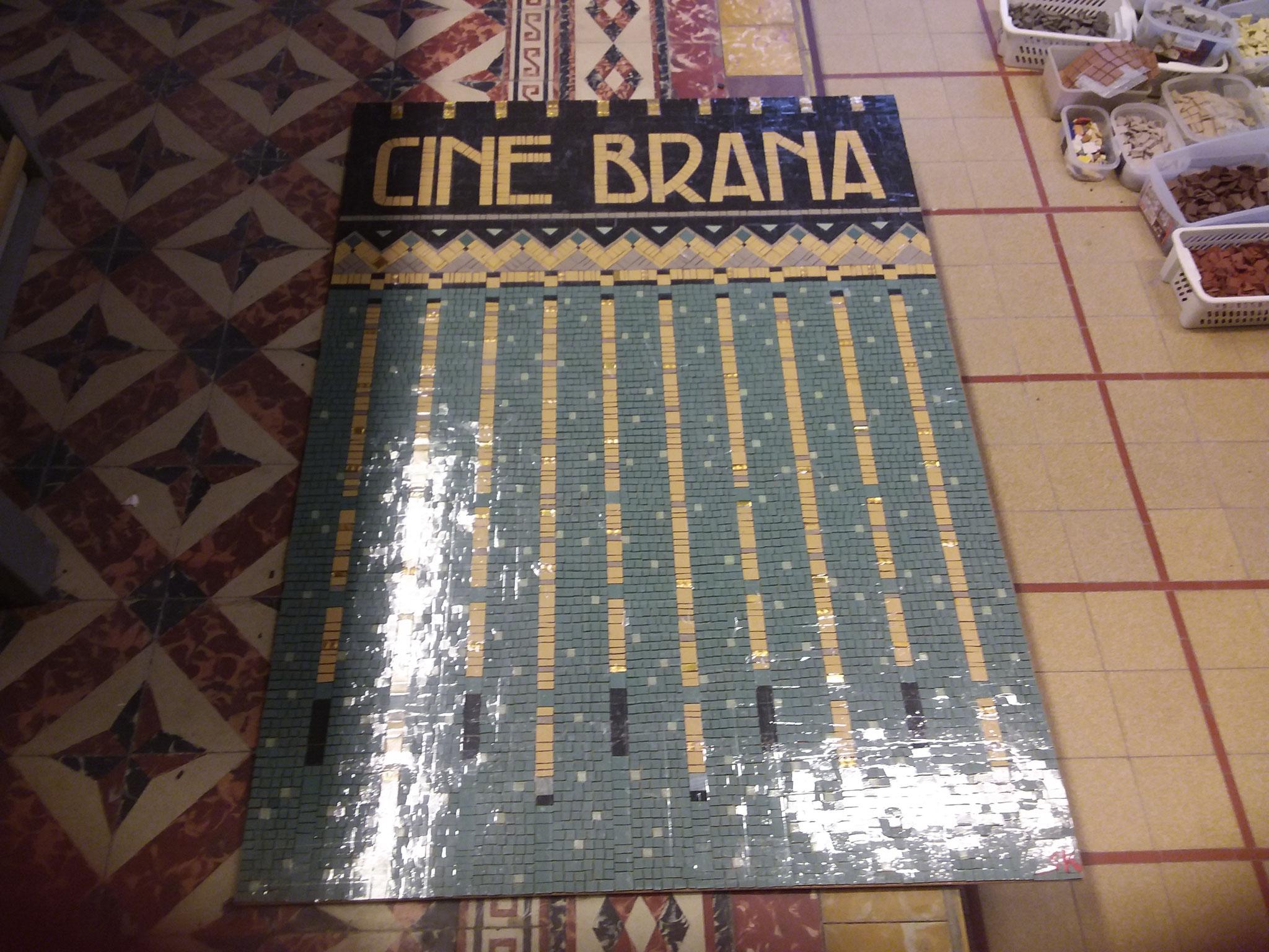 Un peu d'odorico, et un vieux cinéma à Vic Fezensac ont inspiré ce panneau, pour un client de Auch. Sur cette photo elle vient d'être terminée, elle n'est pas collée/jointée