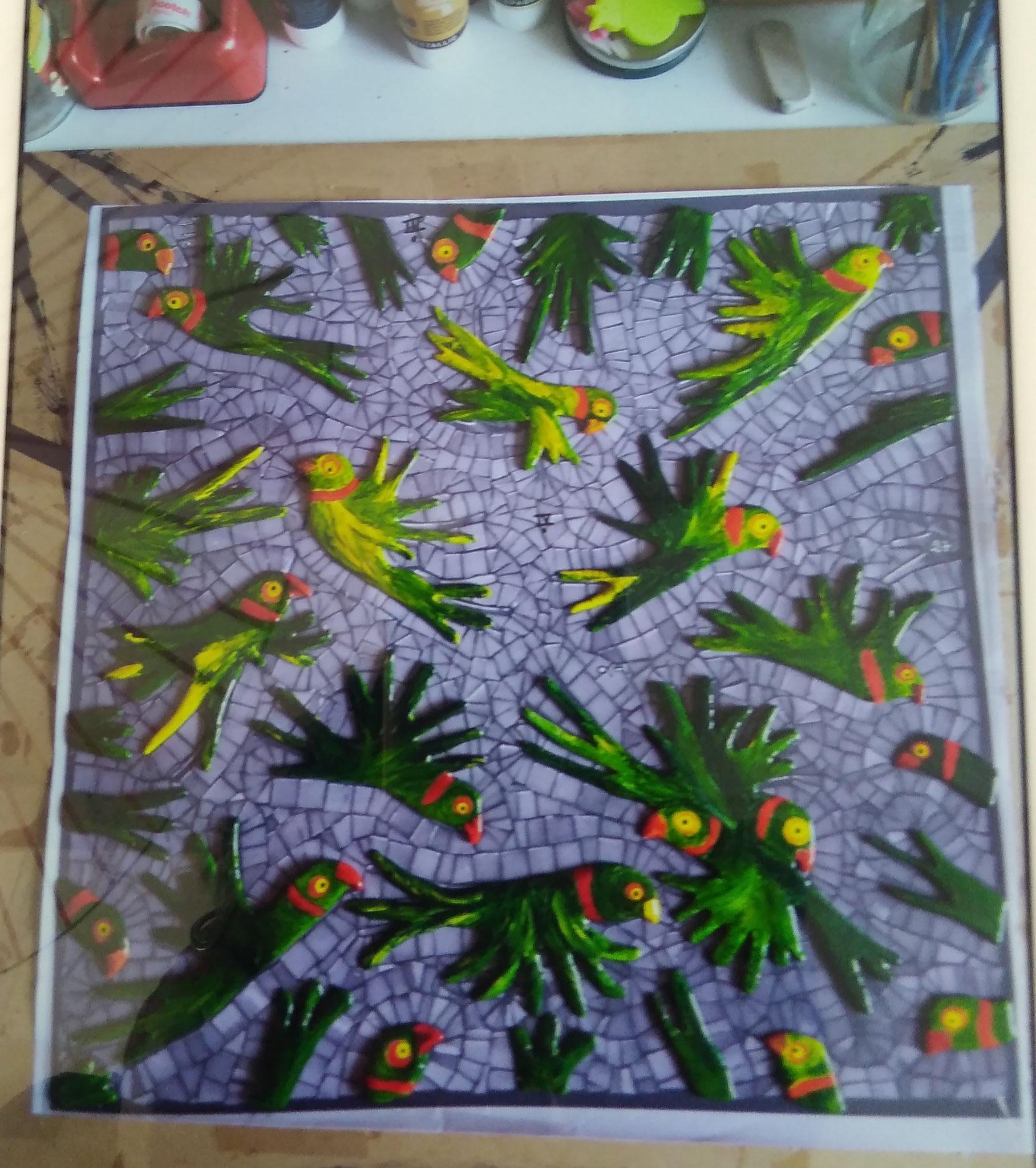 Marianne du 47, Tohu-bohu de perruches en céramique et fond en mosaïque., chapeau l'artiste!