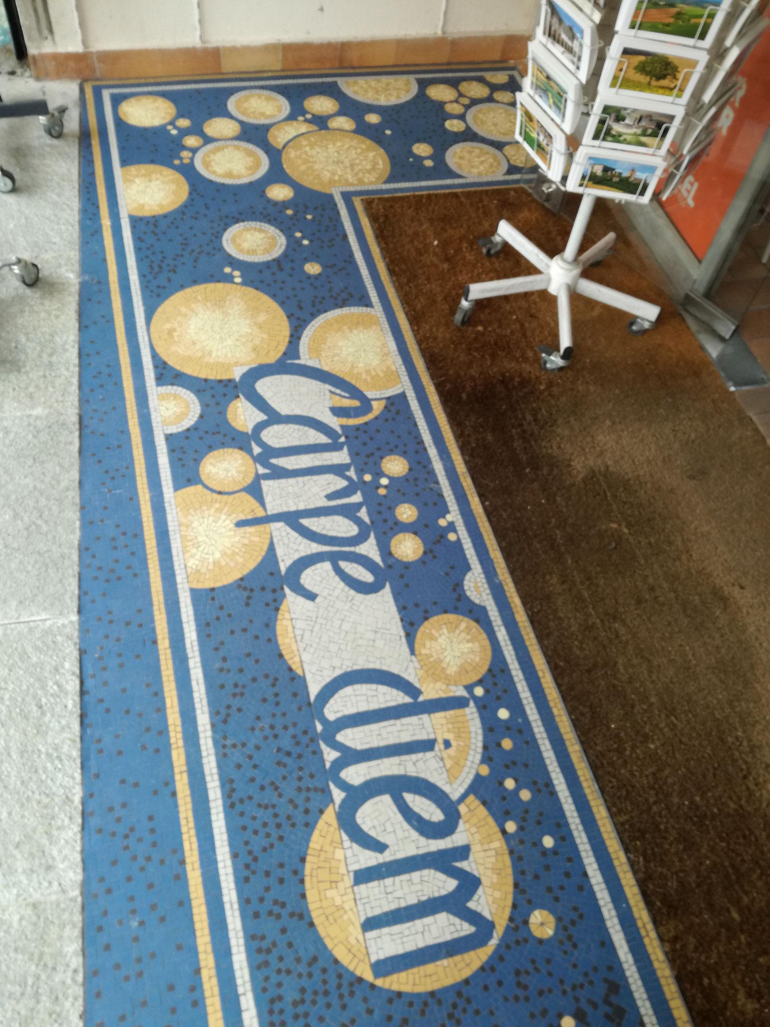 j'ai proposé à un commerçant de vic fezensac une mosaïque de sol... et voilà.