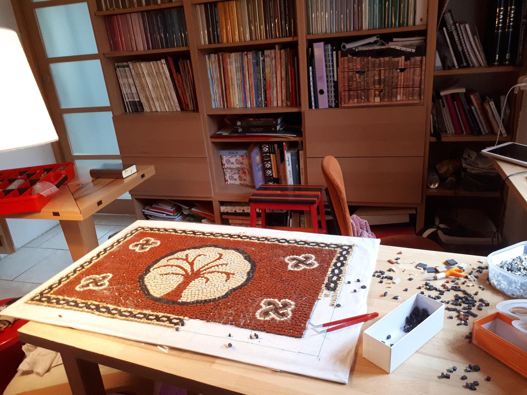 """aussi, un peu de mosaïque pour une table """"un dessus de vielle table tv des années 60 en formica qui servira de desserte à coté de la plancha de la terrasse"""""""