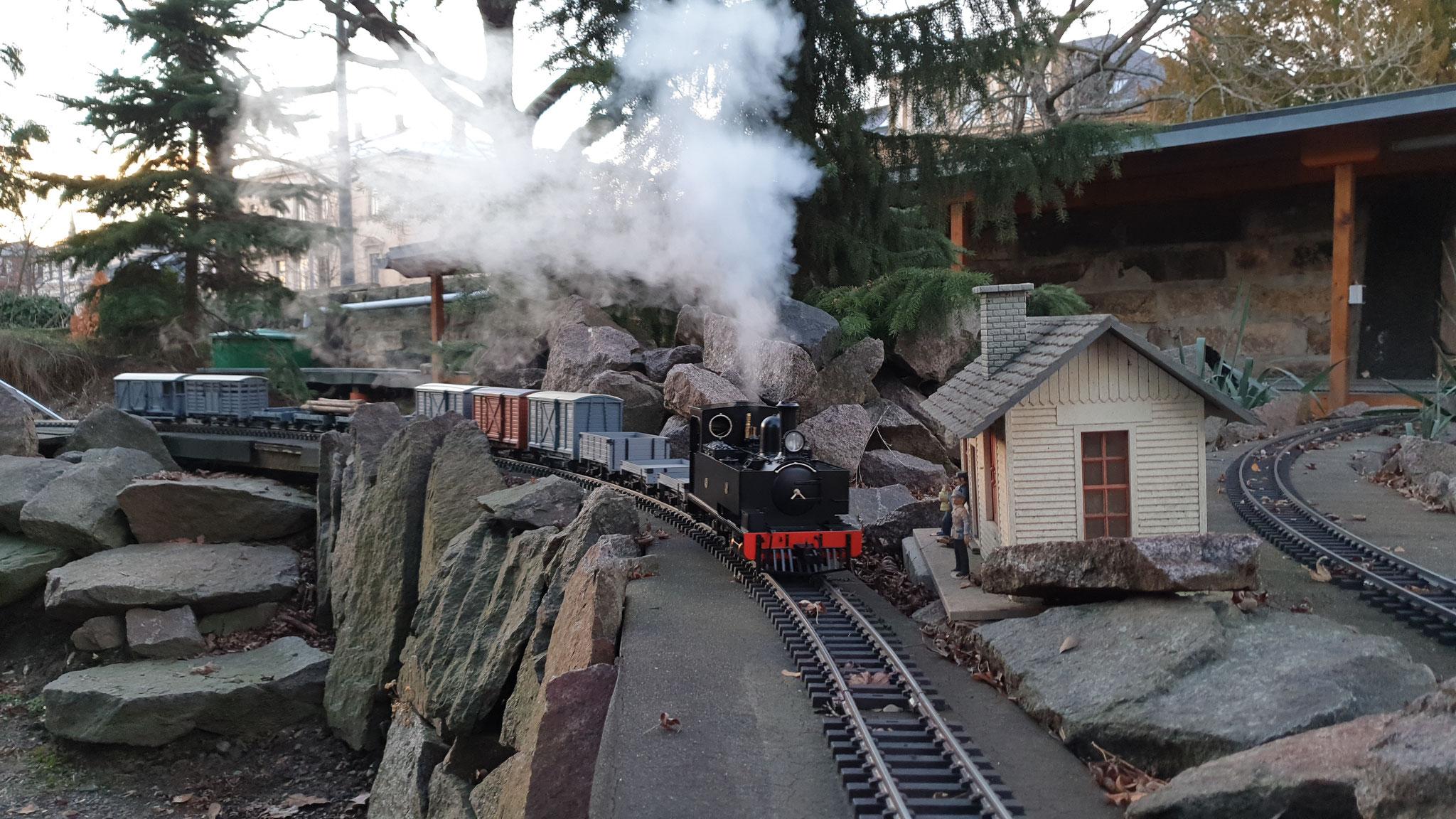 W&L #14 (SLR 86) Hunslet mit einem vorbildgerechten Zug anlässlich des Abdampfen 2018