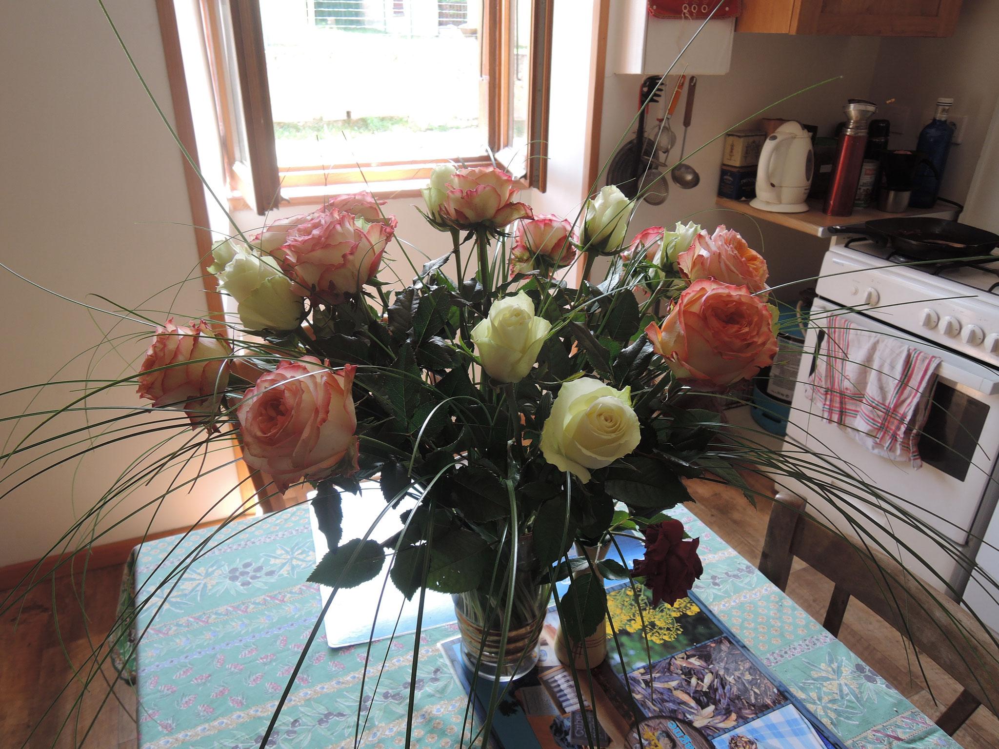 des roses offertes par mon dernier groupe pour me remercier d'un séjour en Pays Cathare très apprécié! Geschichts- und Kulturkreis Neuenburg am Rhein e.V- 79379 Müllheim, Allemagne
