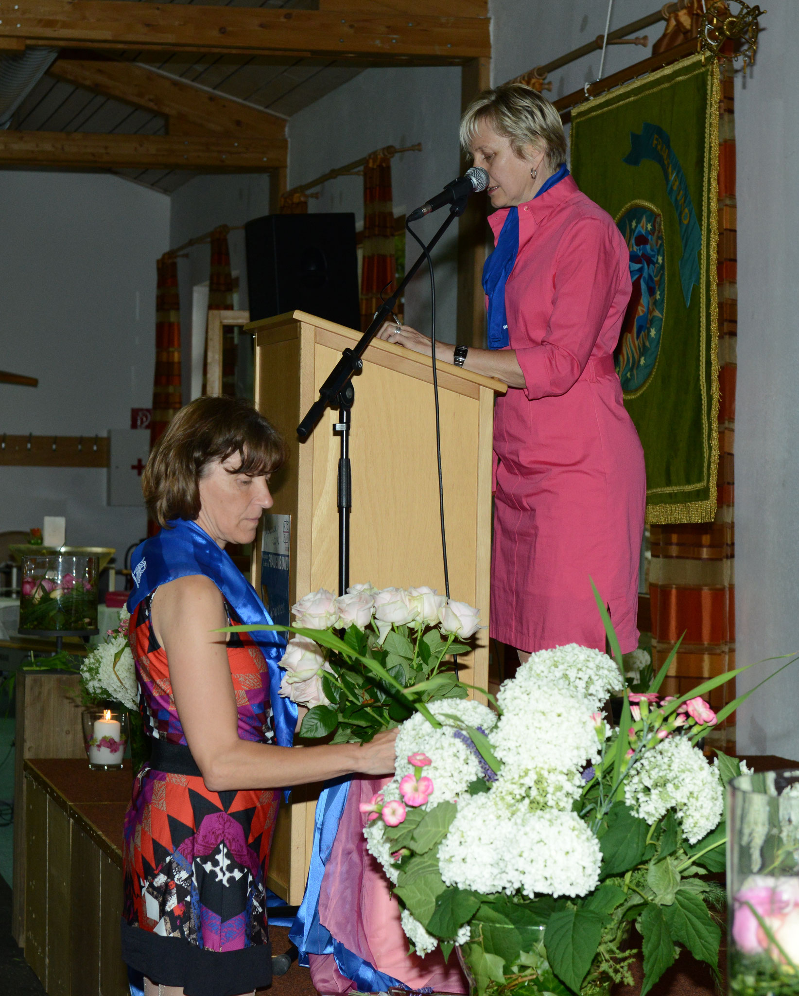Teammitglied Angelika Waldhier mit Schriftführerin Martha Schmitzer (am Rednerpult)