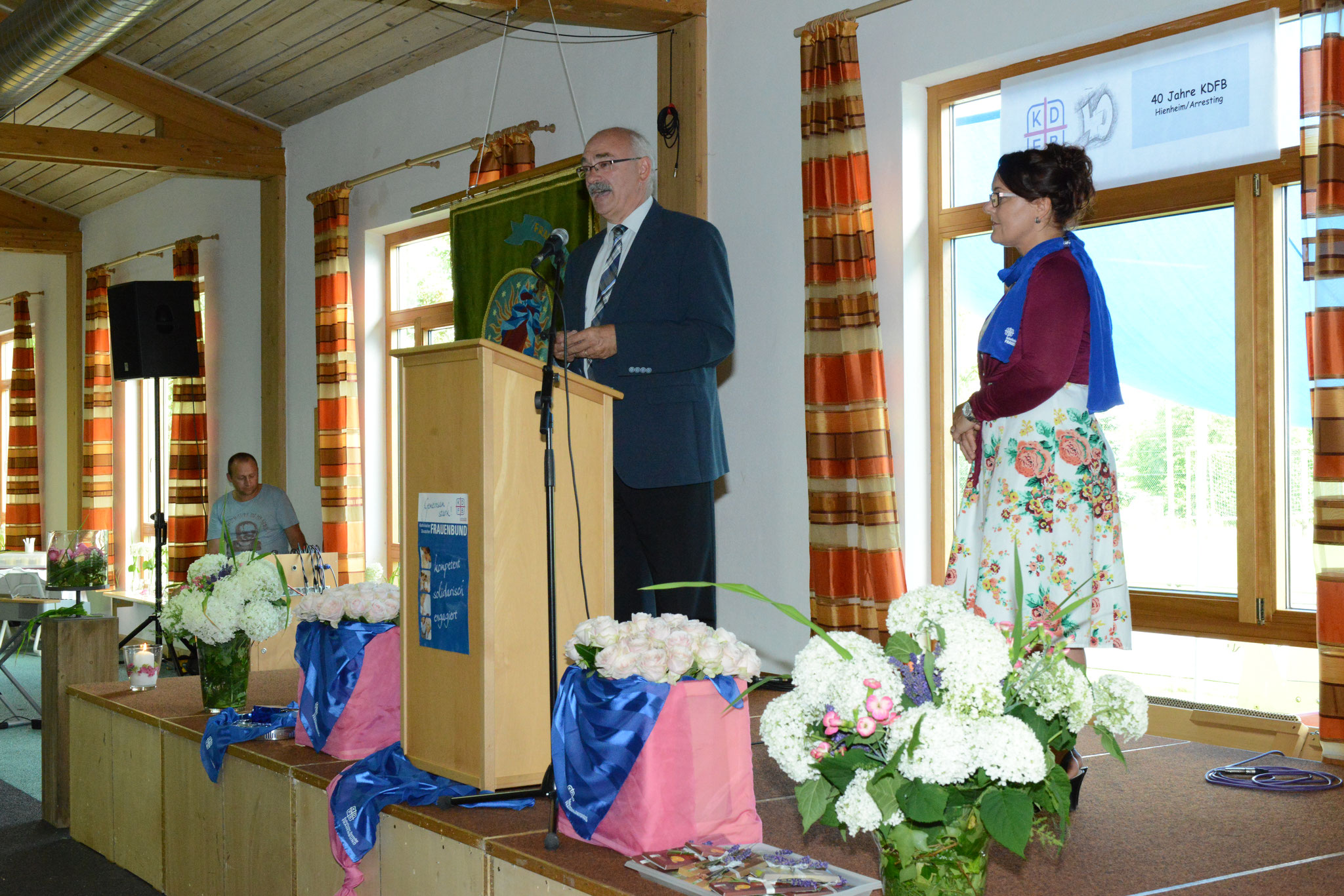 Bürgermeister Thomas Reimer und Teammitglied Elisabeth Ullinger