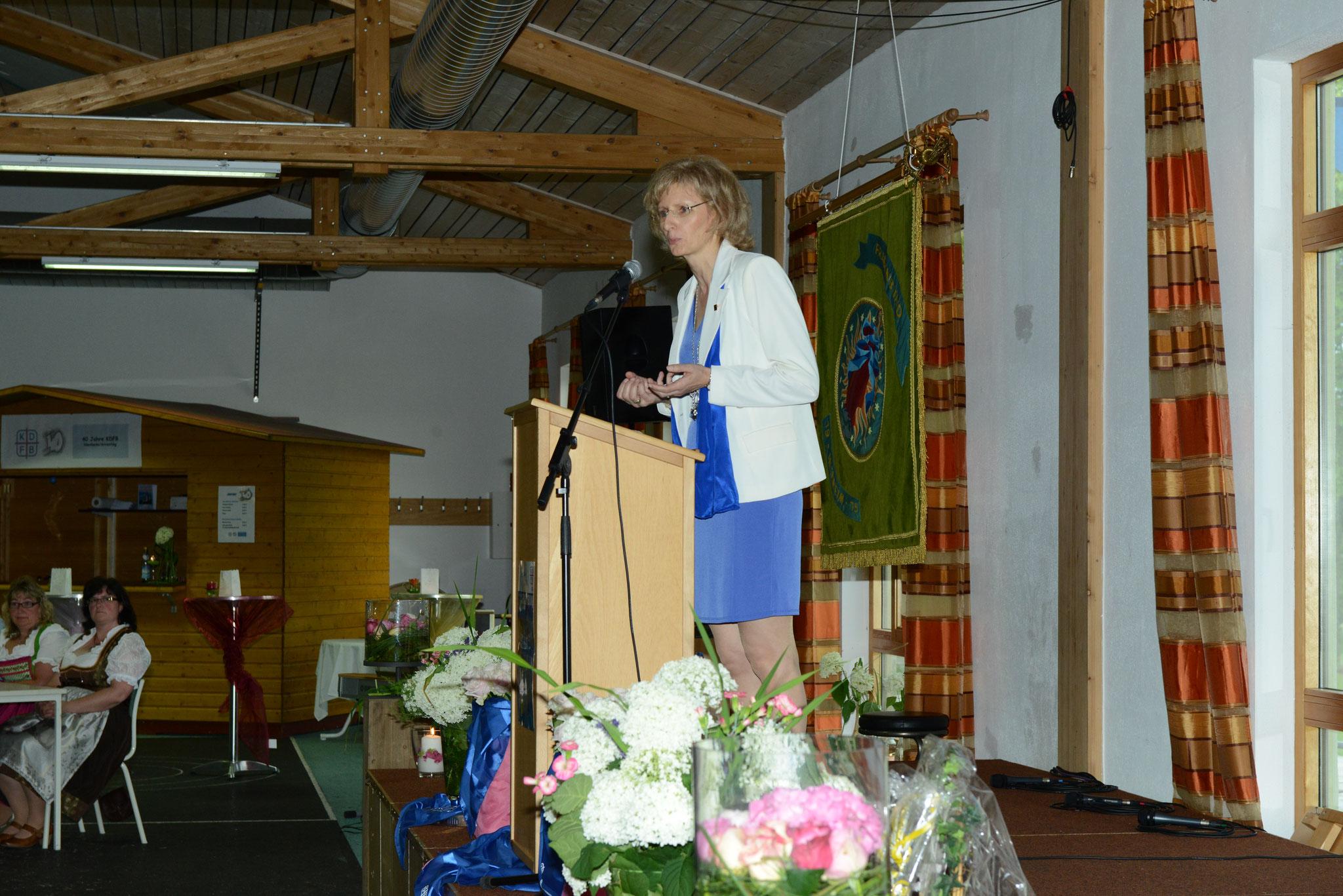 die damalige Bezirksvorsitzende Marianne Bäumler (jetzt Vizepräsidentin des KDFB)