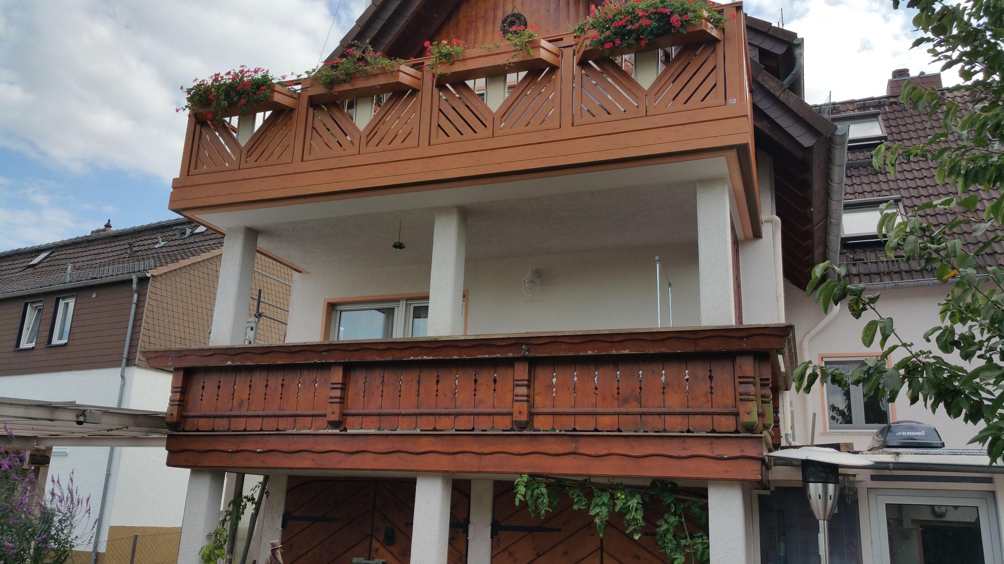 Alu Balkongeländer Hahnenkamm mit Holzstruktur (oberes Geländer)