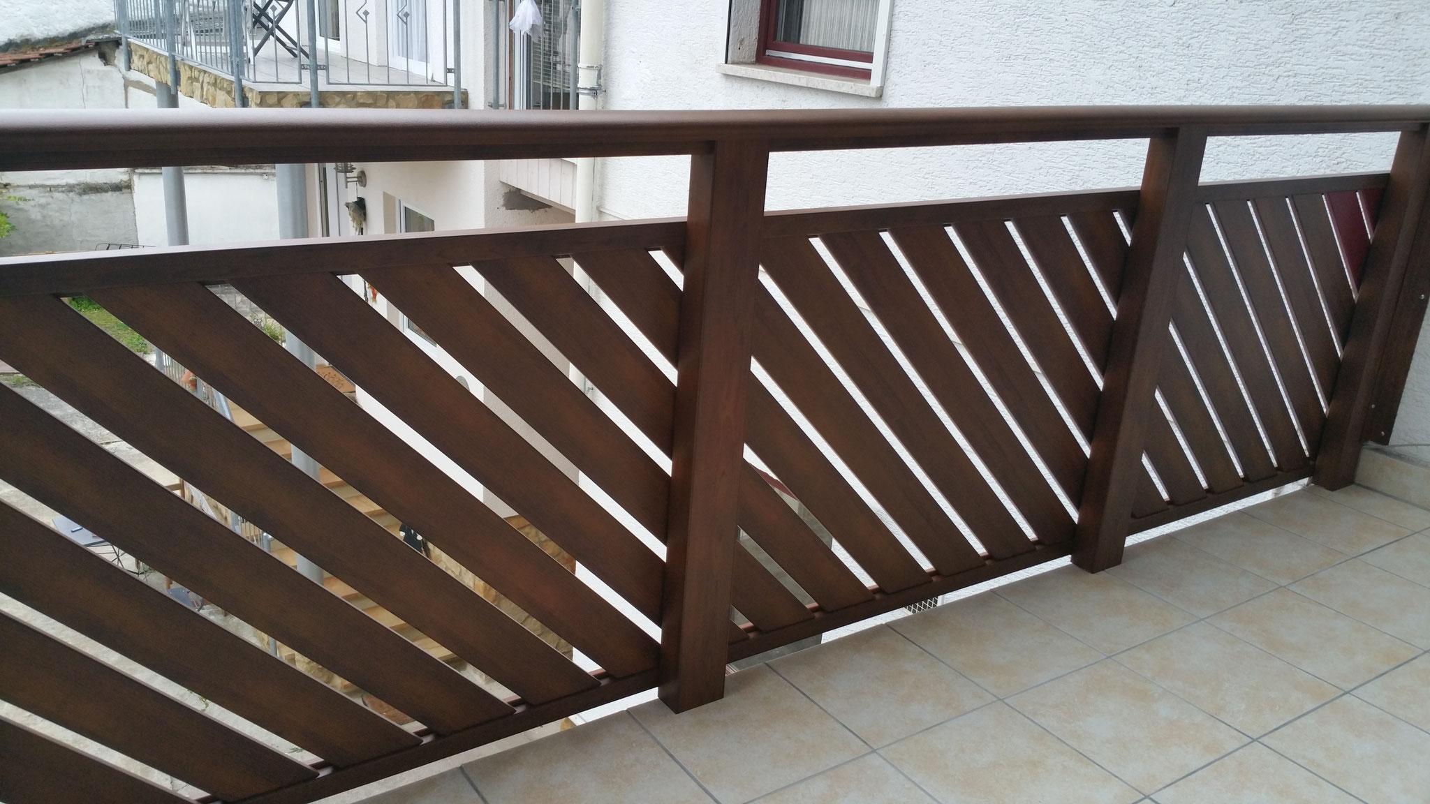 Alu Balkongeländer Pisa mit Pulverbeschichtung Holzstruktur Kastanie.