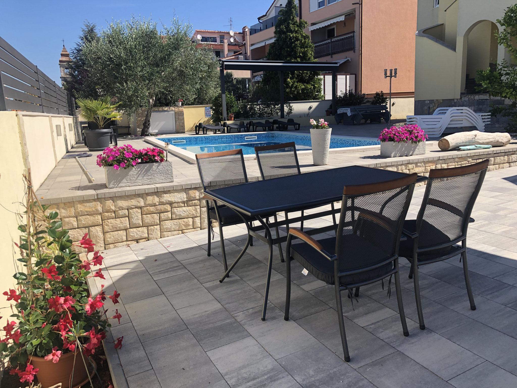 Villa Colonia Poolterrasse 2020 ausreichend Esstische