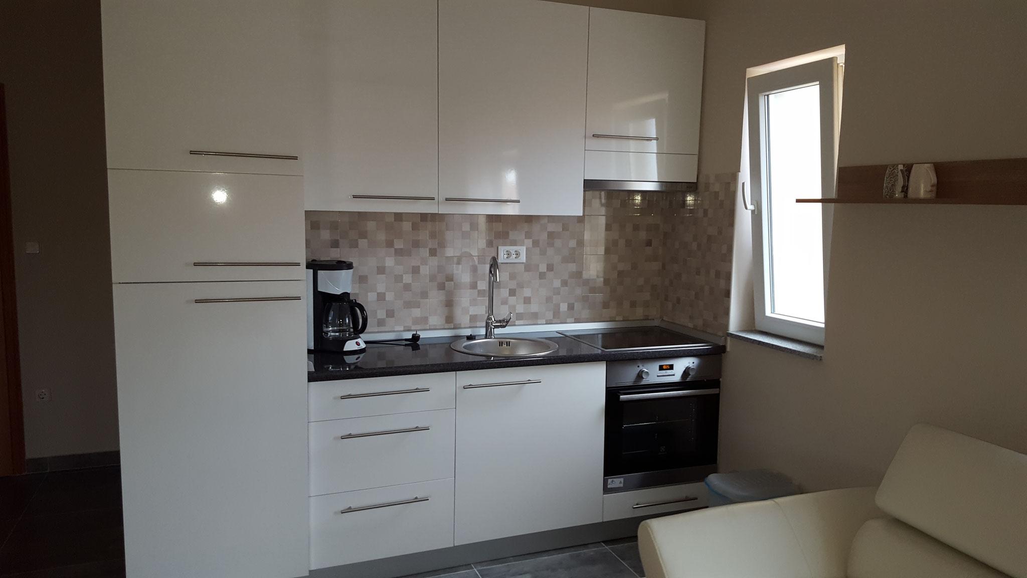 Küche mit Backofen, 4-Platten Ceranfeld, Mikrowelle, Küch-Gefrierschrank, Kaffeemaschine & Wasserkocher, samt Töpfe und Geschirr