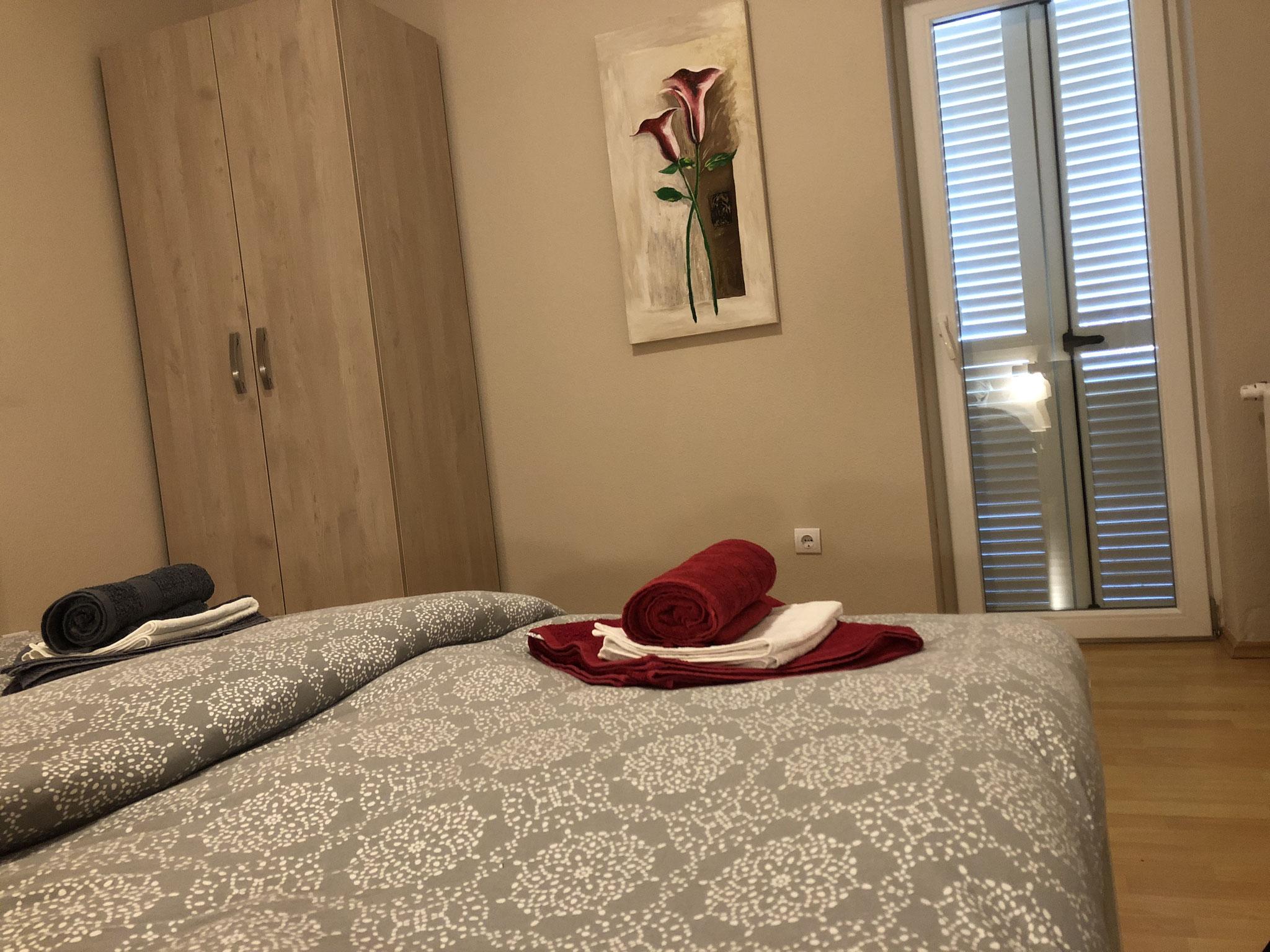 Schlafzimmer Nr.1, Doppelbett 180x200cm, Bettwäsche, Balkontüre zur Terrasse.