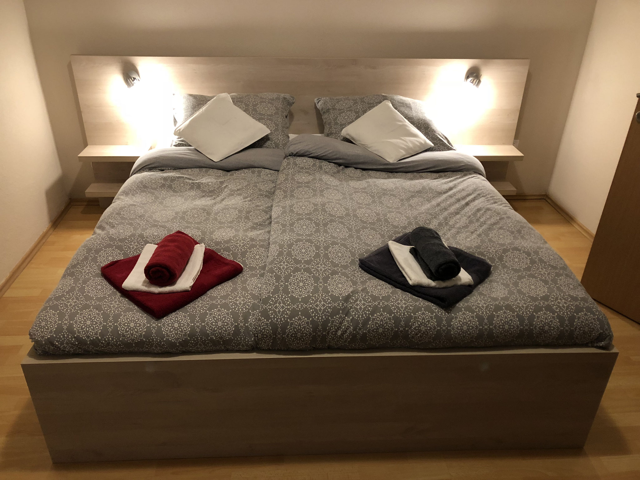 Schlafzimmer Nr.1, Doppelbett 180x200cm, Kleiderschrank, Balkontüre zur Terrasse.