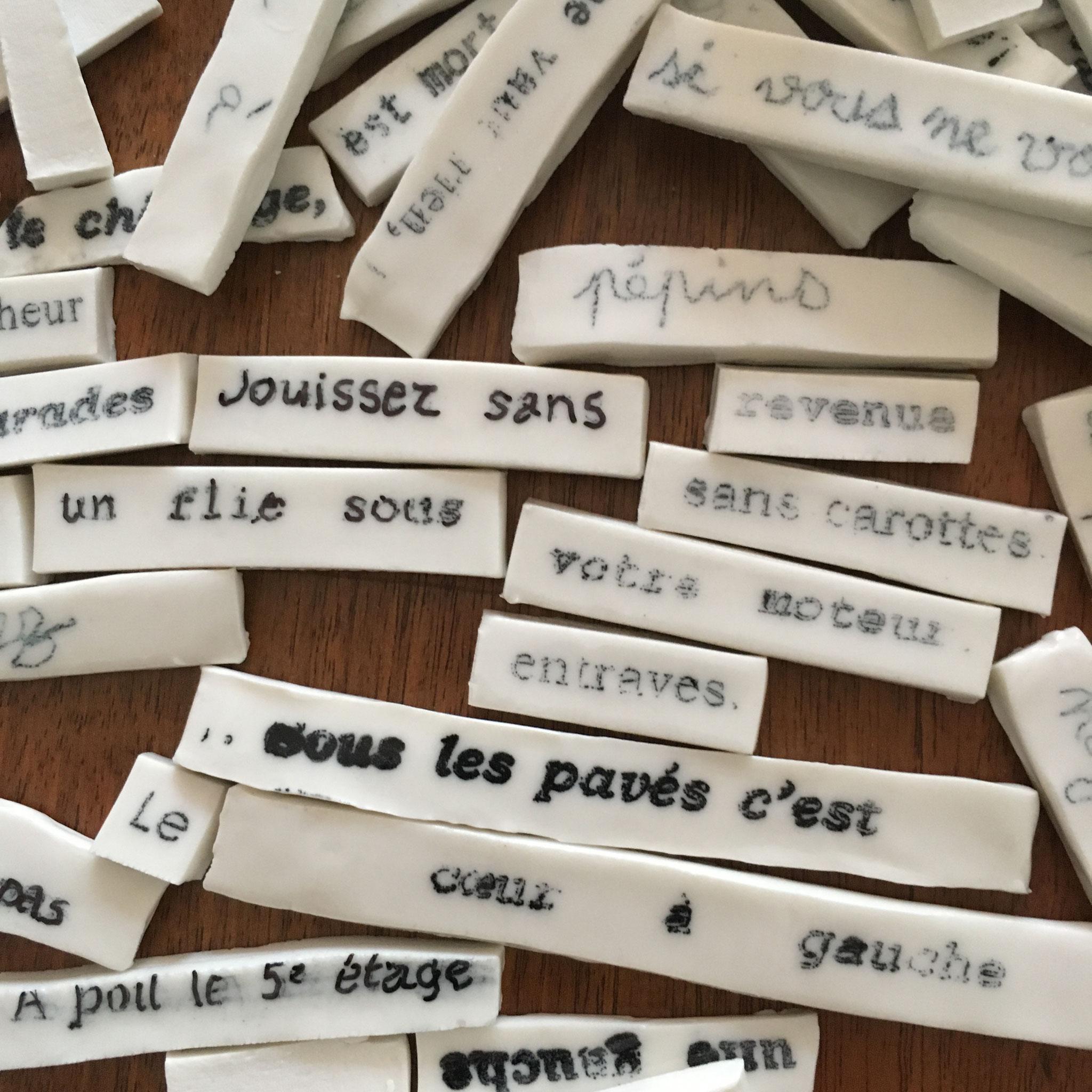 Mémo de mai / installation en porcelaine, clin d'oeil à Mai 68, pour défaire ou refaire les slogans de mai et faire ses propres slogans. exposée en mai 2018 Galerie Terres d'Aligre, Paris 12e arrdt.