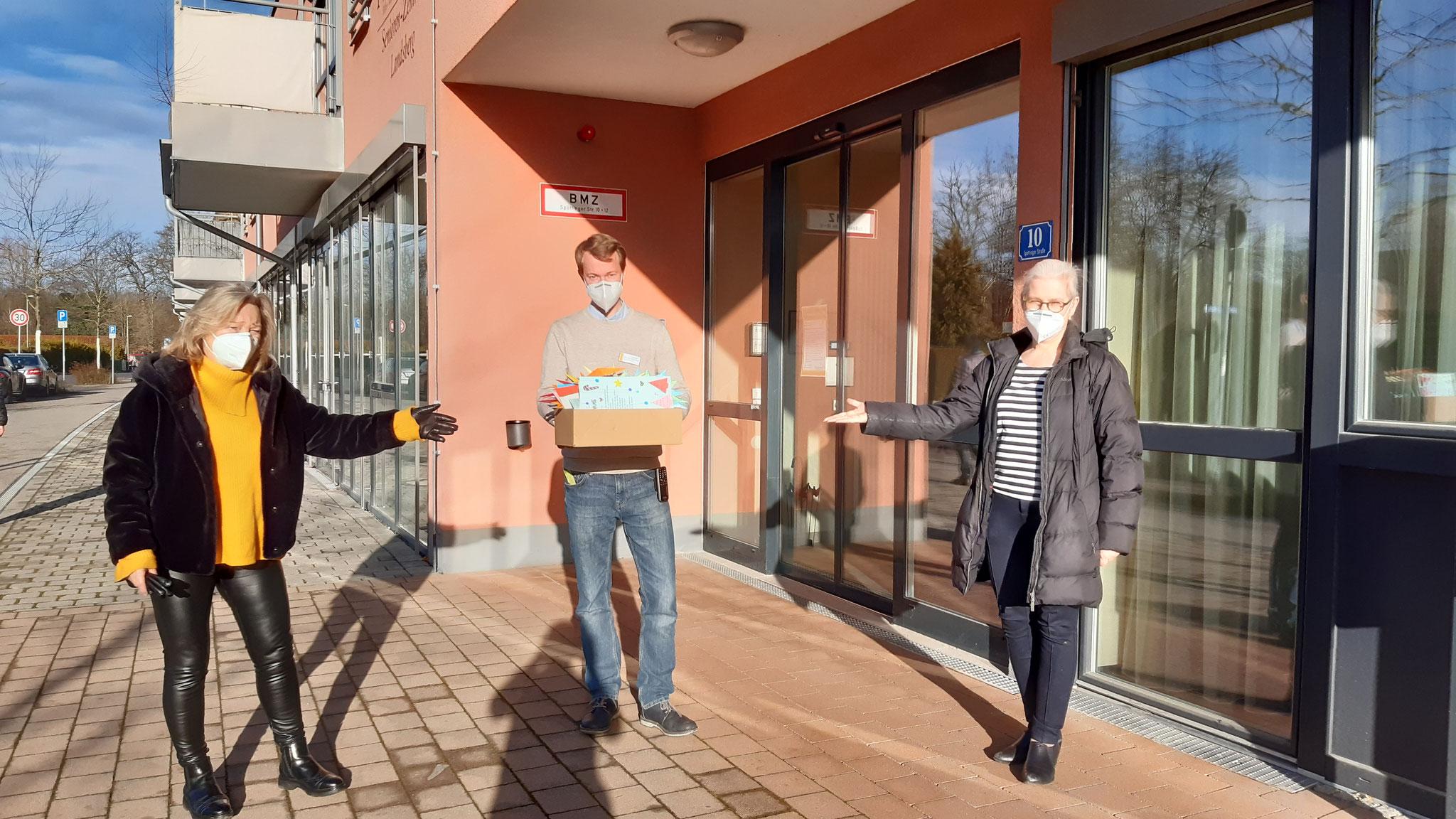 Seniorenzentrum Pichlmayr bei der Übergabe der Präsente. Von links: Ute Nowak (Seniorenbeirat), Benedikt Habersetzer (Einrichtungsleitung) ), Alexa Dorow (Stadträtin, Referentin für Senioren).