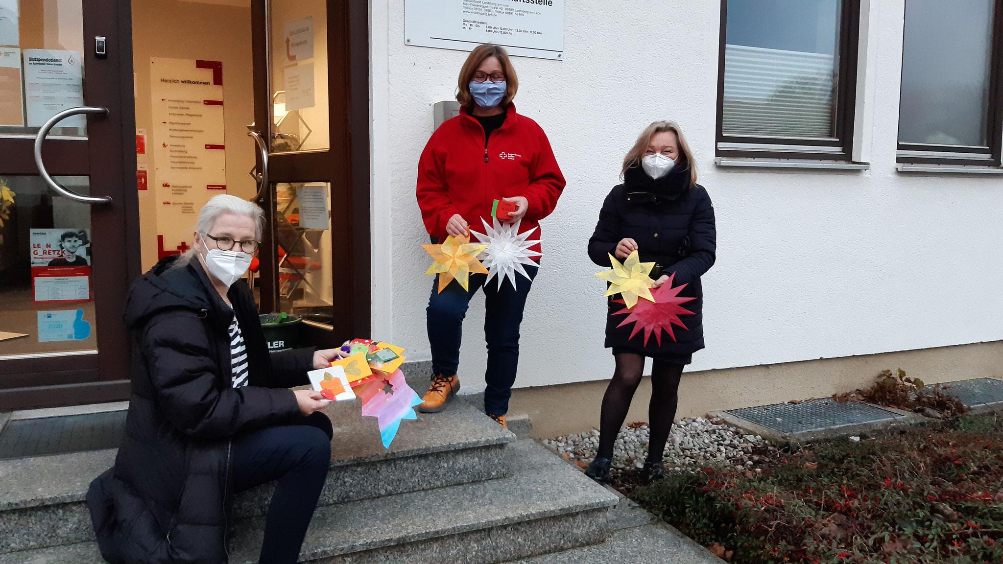 BRK Übergabe der Bastelarbeiten und Briefe. Von links: Alexa Dorow (Stadträtin, Referentin für Senioren),  Marianne Asam (stellvertretende Geschäftsführerin), Ute Nowak (Seniorenbeirat).