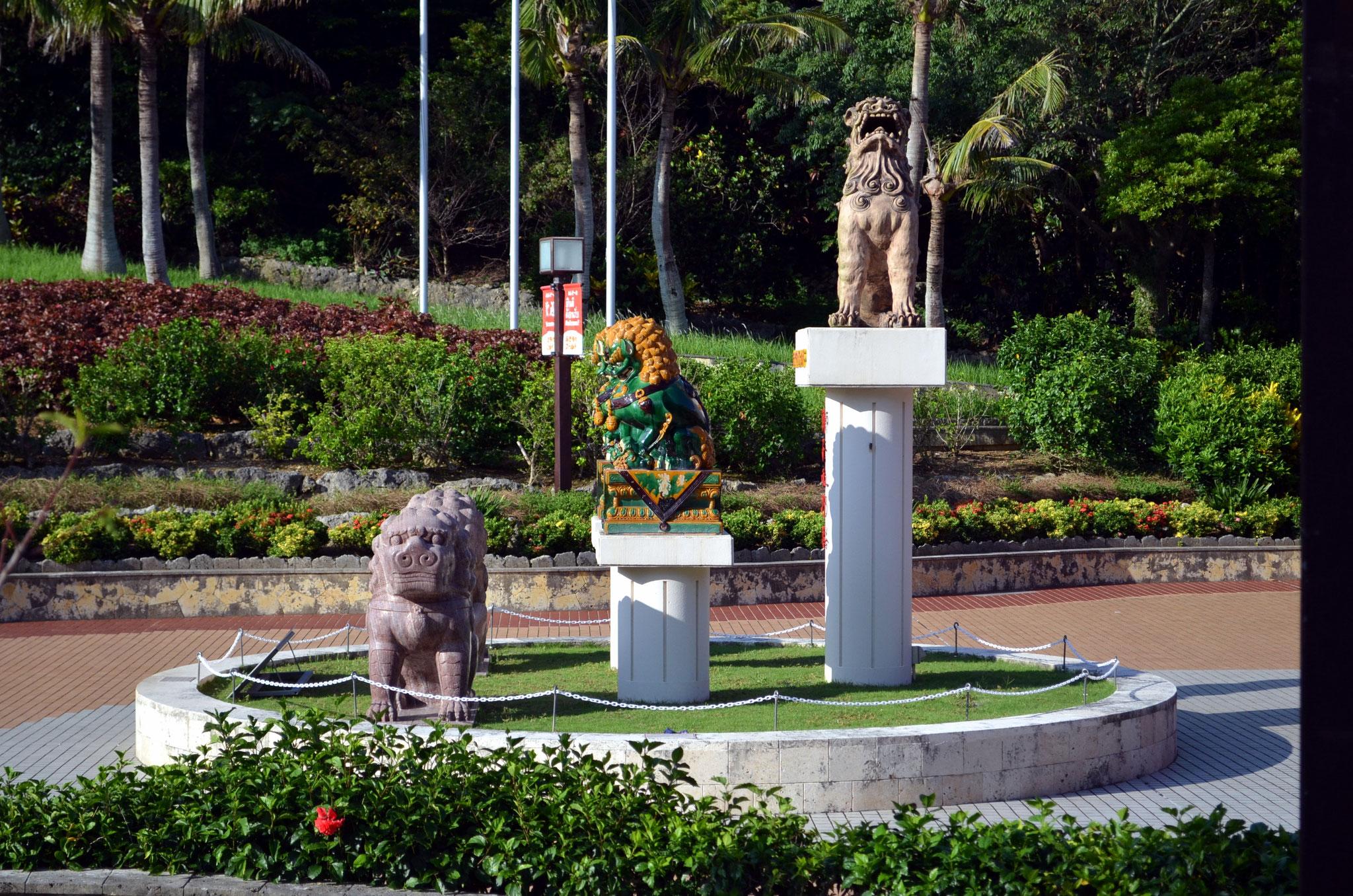 Okinawa World – Shisa am Eingang (Schutzzauber, die vor allen Übeln schützen sollen), finden sich überall in Okinawa
