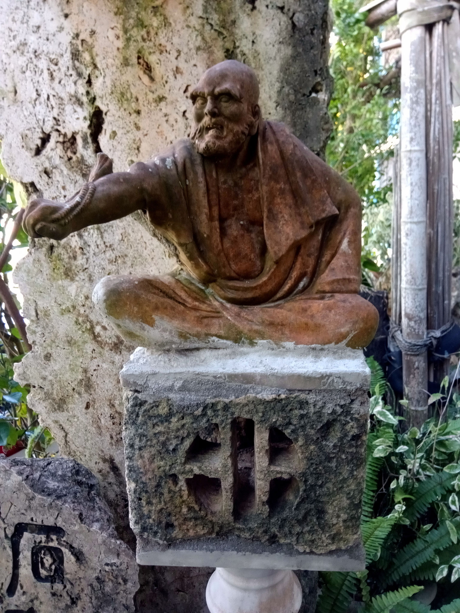 Bodhidharma-Figur im Vorgarten