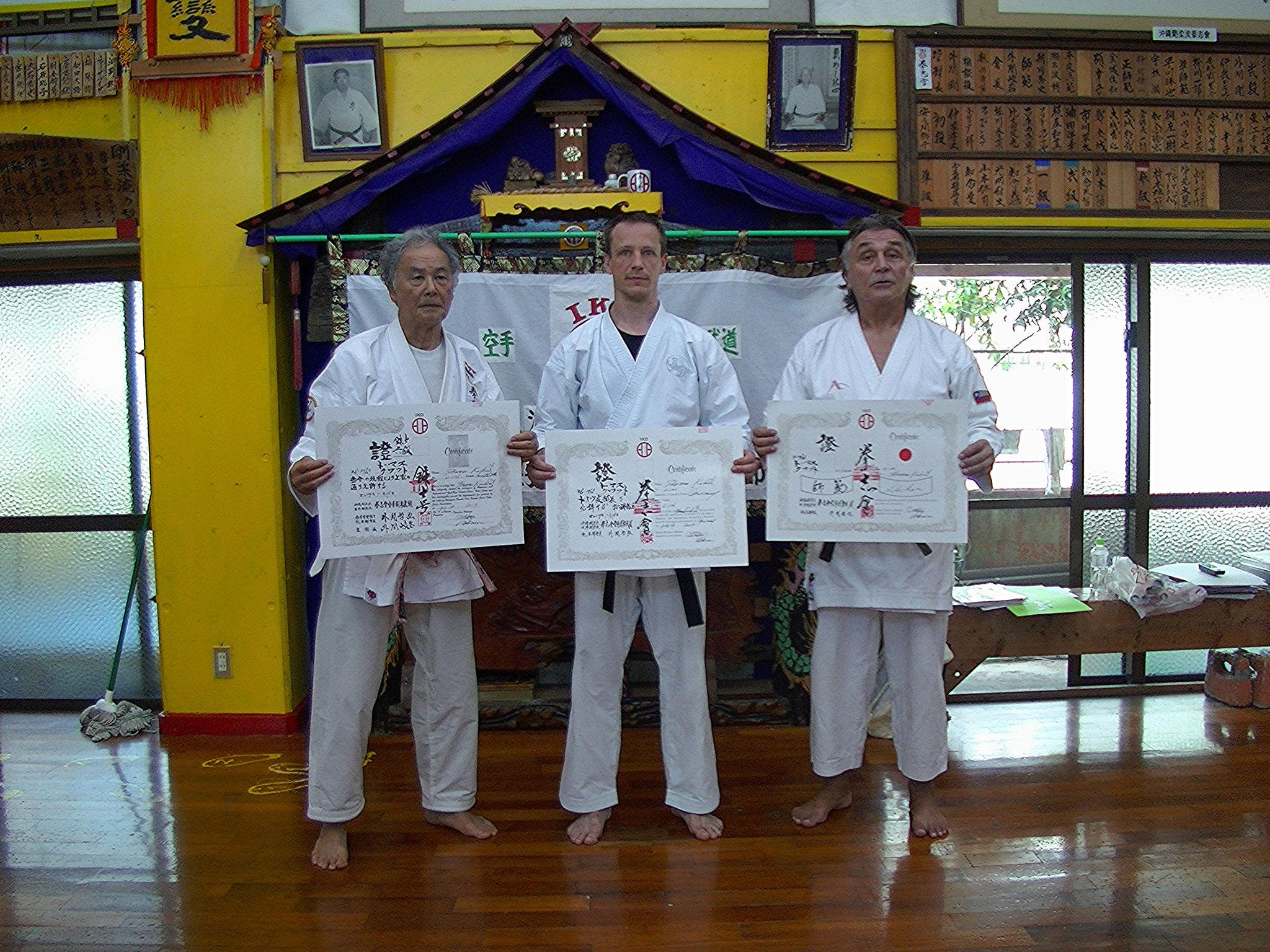 Hokama Hanshi (10.Dan), Thomas Shihan 6. Dan) und Patricio Cifra Abarca (9. Dan Headmaster Chile - Kenshikai)