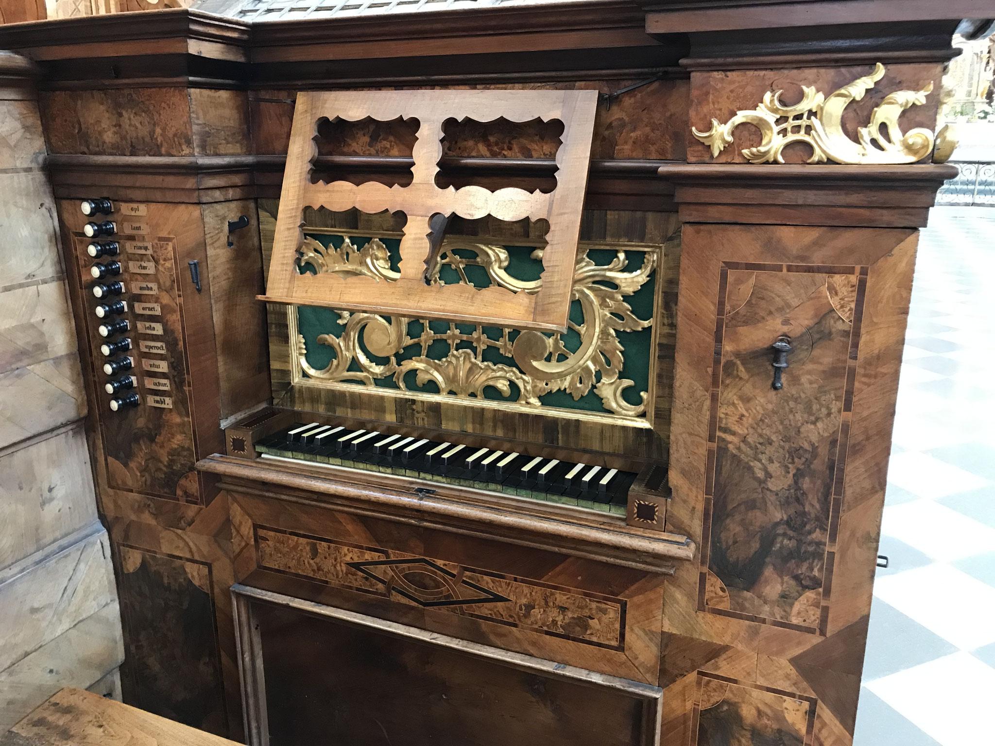 Spieltisch der Chororgel