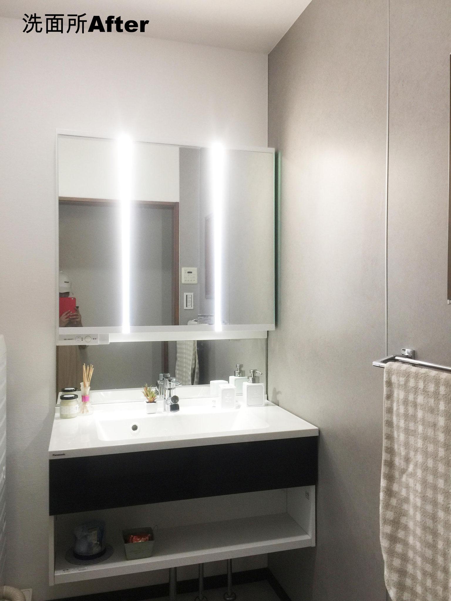 洗面台横には石目柄のパネルを貼り、水ハネしてもさっと拭けます!  見た目もカッコよく。