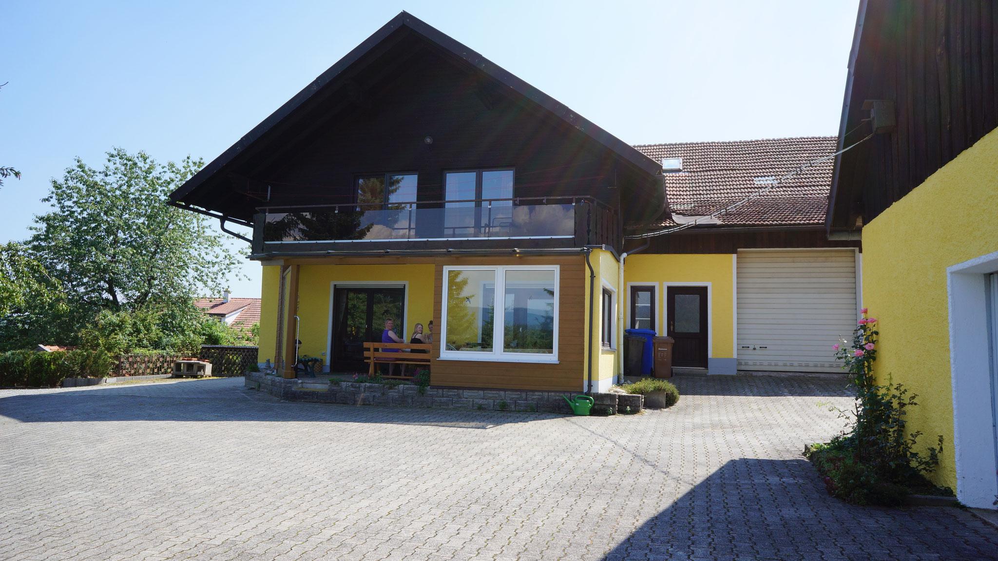 Ferienhaus mit überdachter Terrasse und Balkon