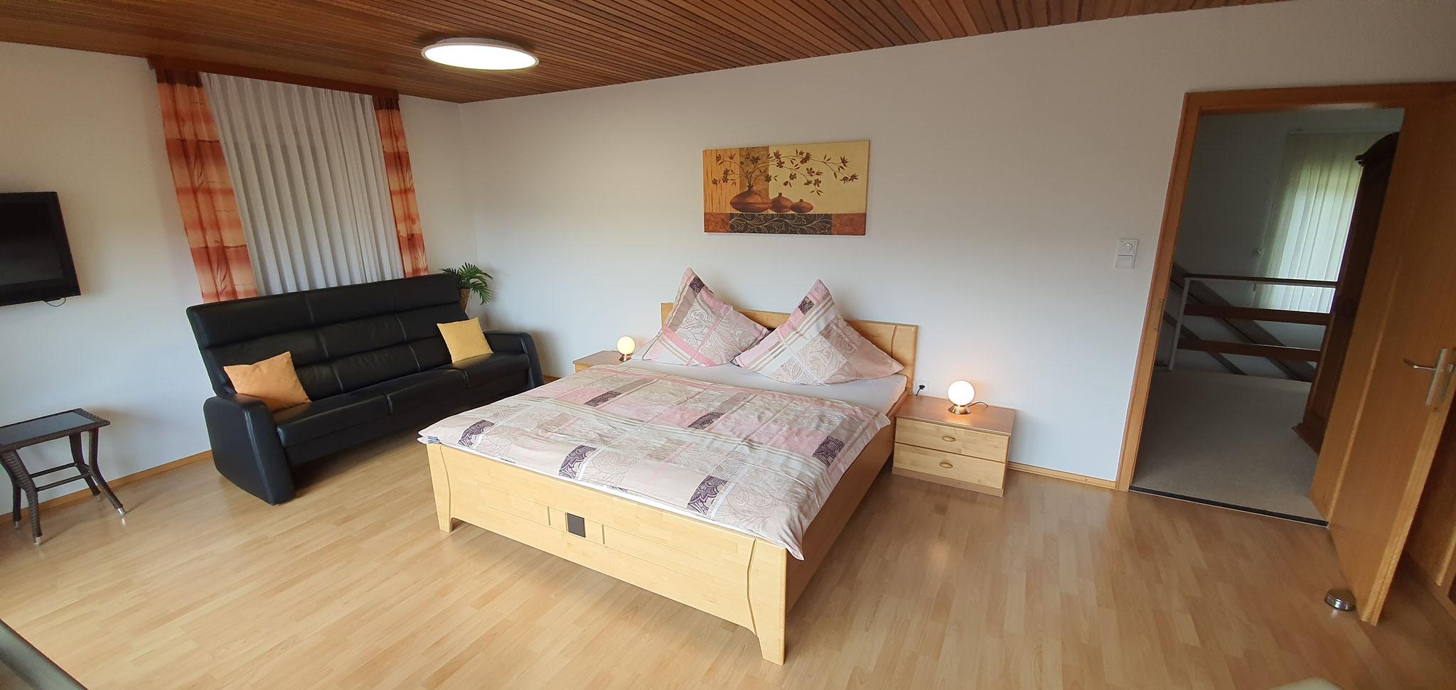 Master Schlafzimmer mit TV und Balkon