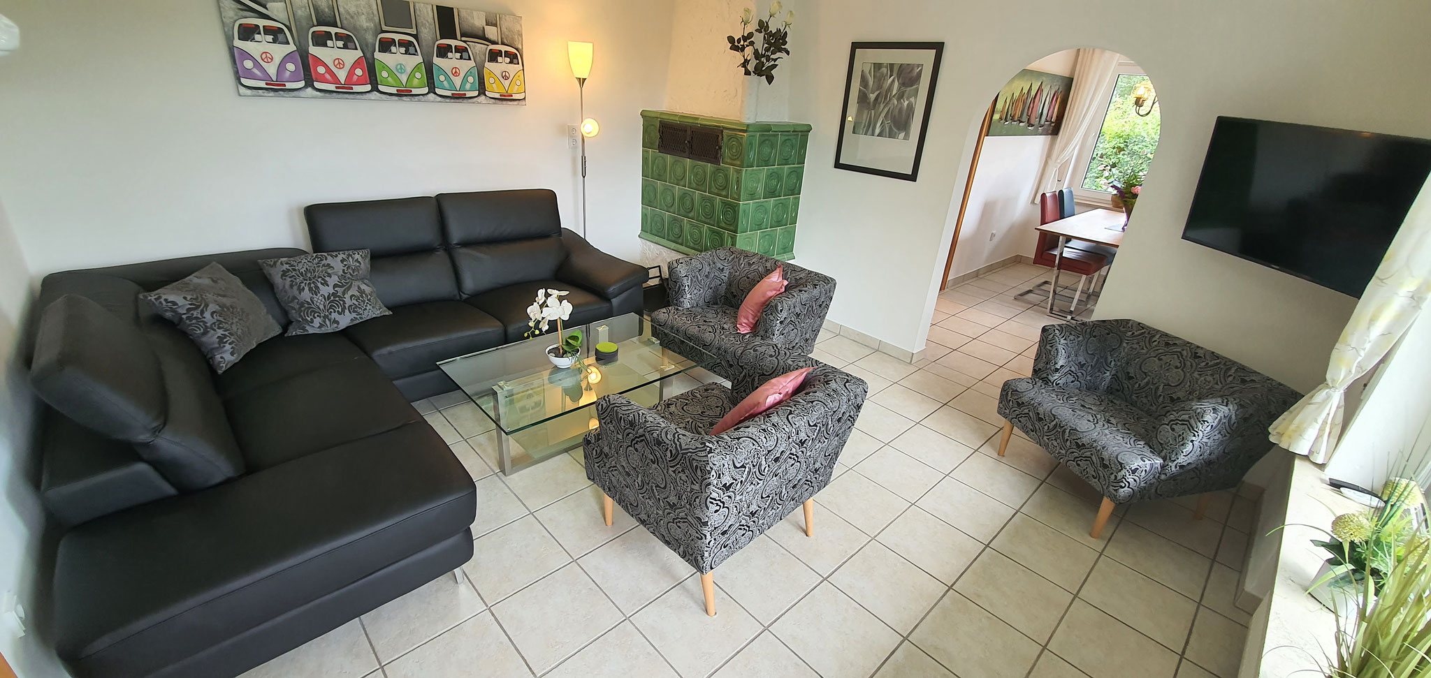 Wohnzimmer mit Kachelofen und TV