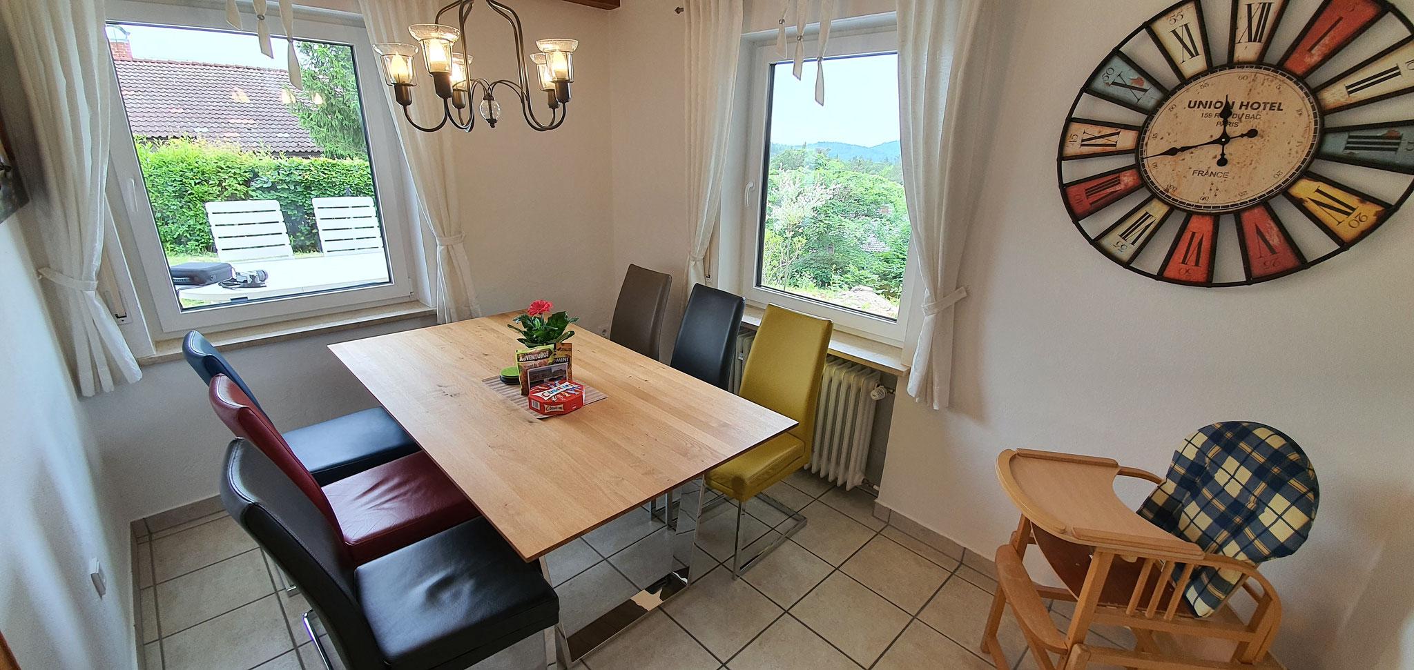 Esszimmer mit Echtholztisch