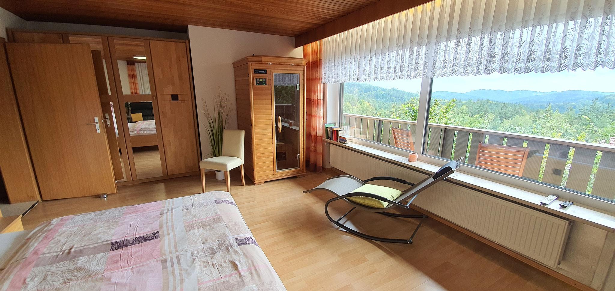 Master Schlafzimmer mit Infrarotkabine und Balkon