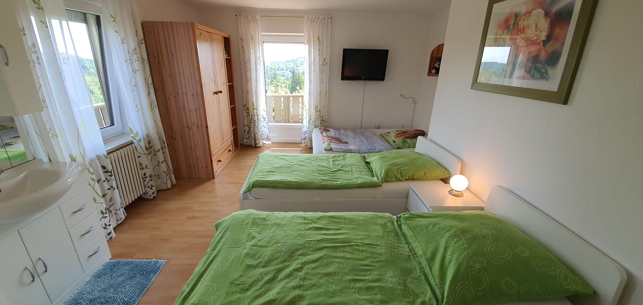 Schlafzimmer II. mit Einzelbetten, (Schlaf)-Couch, Waschbecken und Balkon