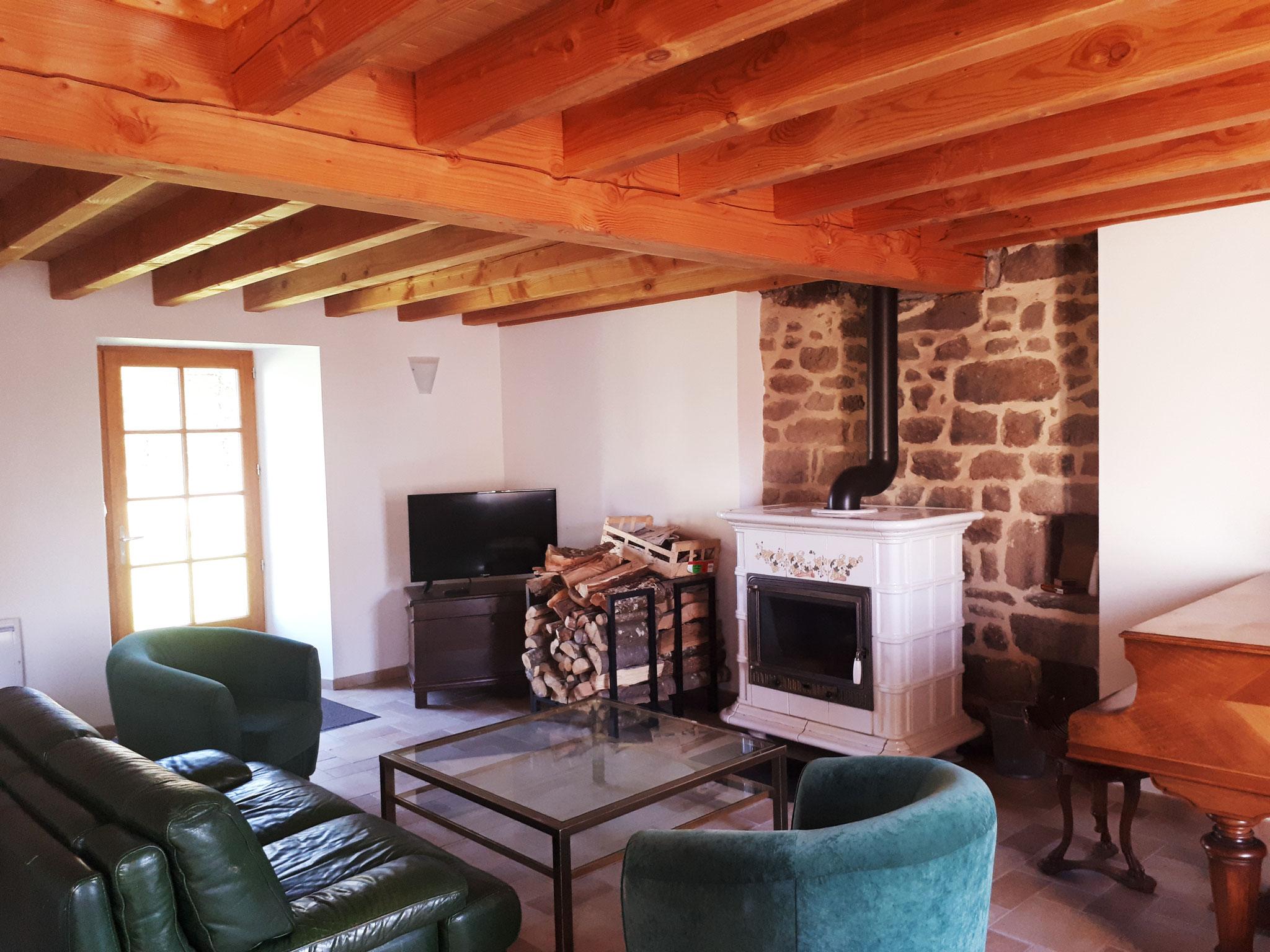 Le salon avec Poêle à bois et piano.