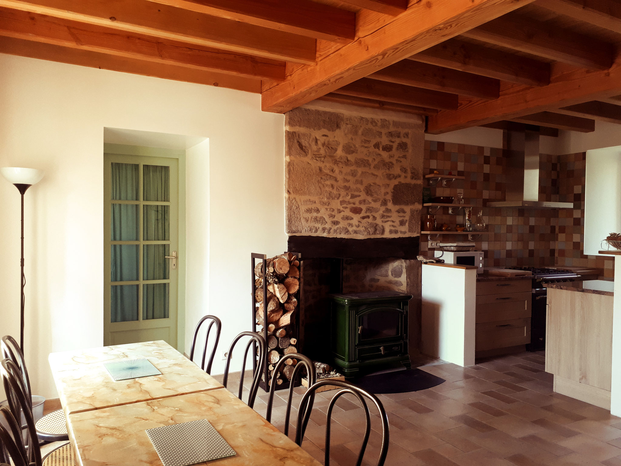 Cuisine et salle à manger avec Poêle à bois.