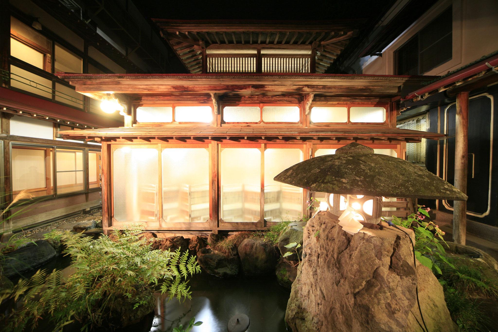 平安風呂は、湯屋建築と呼ばれる、典型的な木造の温泉のお風呂の  造りになっています。