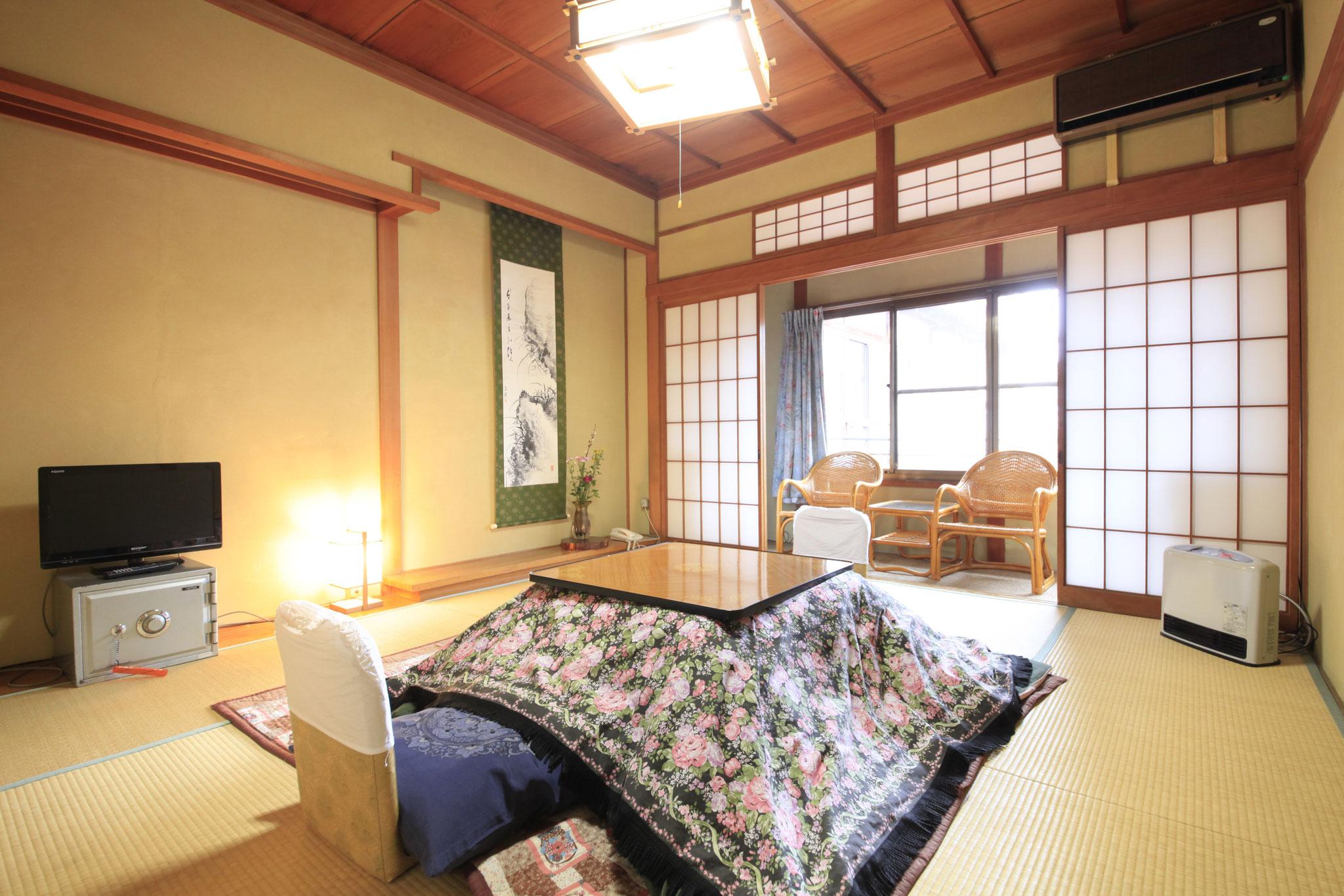 ご案内の部分にも書いてありますが、木造旅館のため、お部屋の大きさはすべて違います。  通常は八畳プラス広縁(2畳分よりやや大きめ)になります。