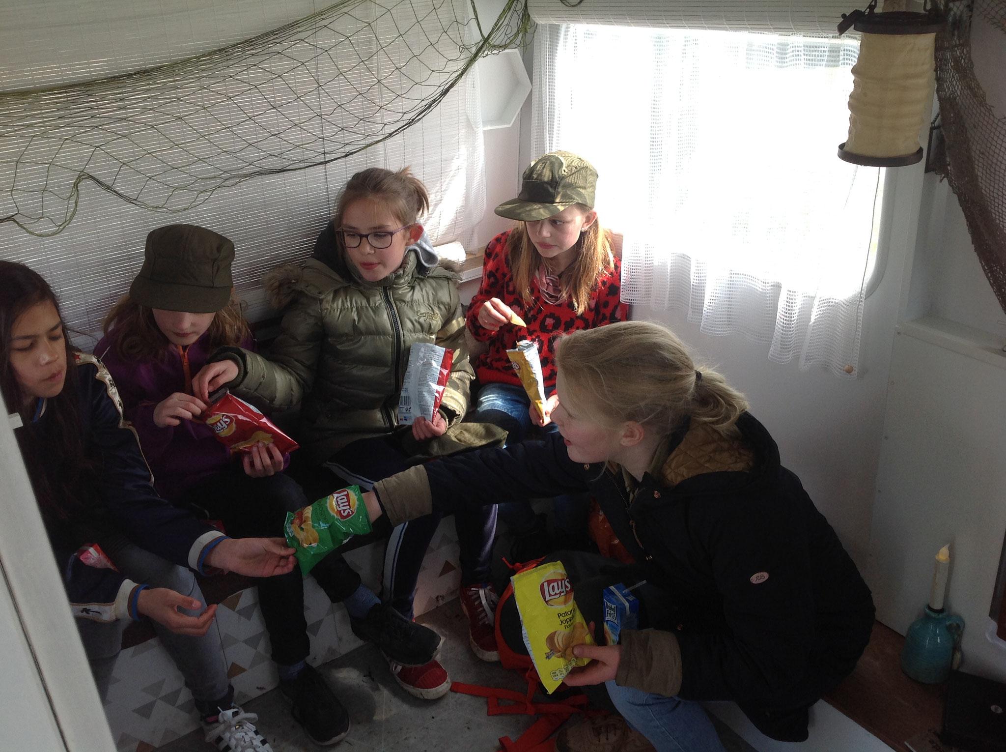 Bij slecht weer pauze in de caravan