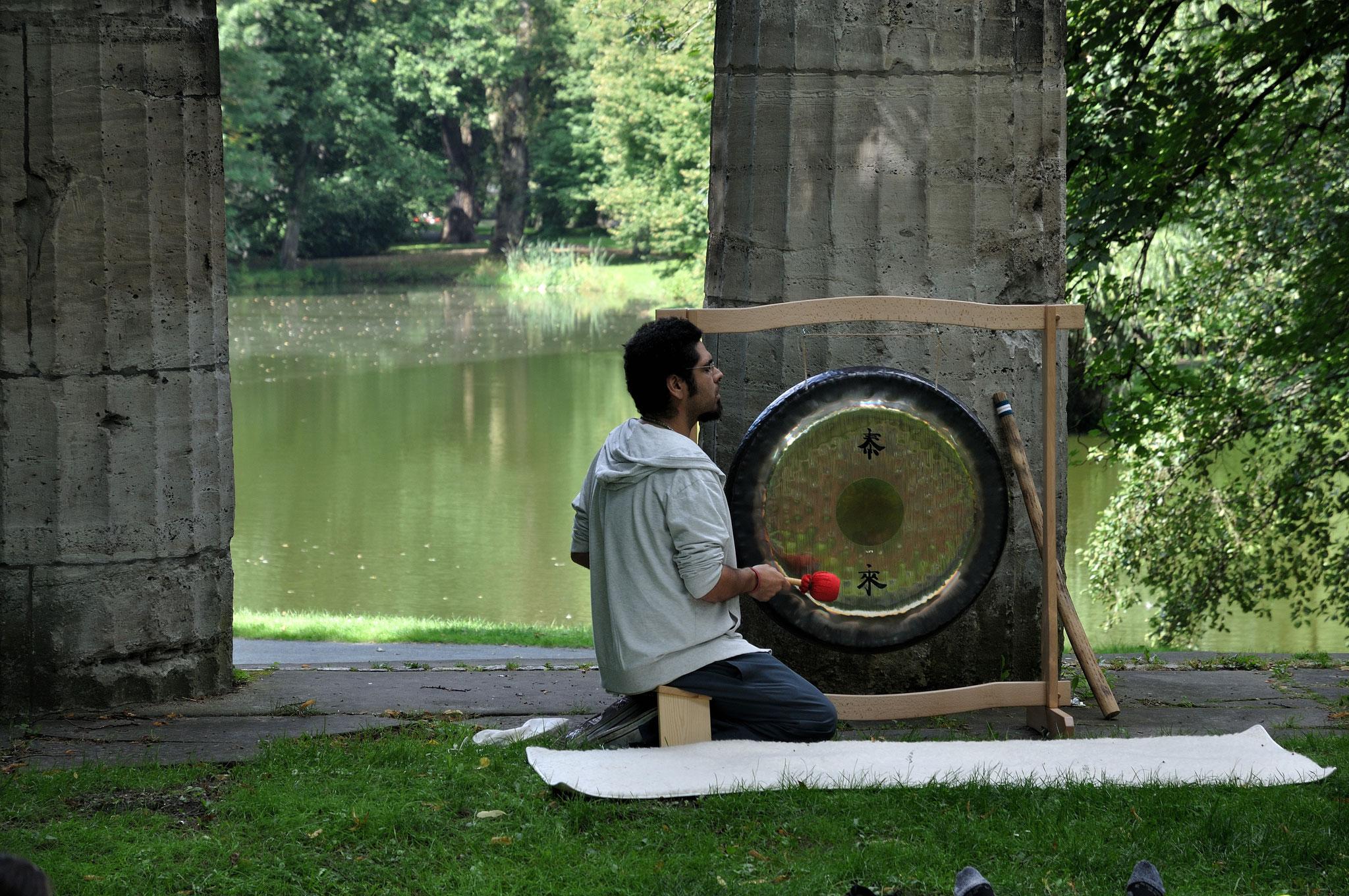 Gong-Meditation am Portikus mit Daniel vom Einhornzentrum. Foto: Elisabeth Stumpf