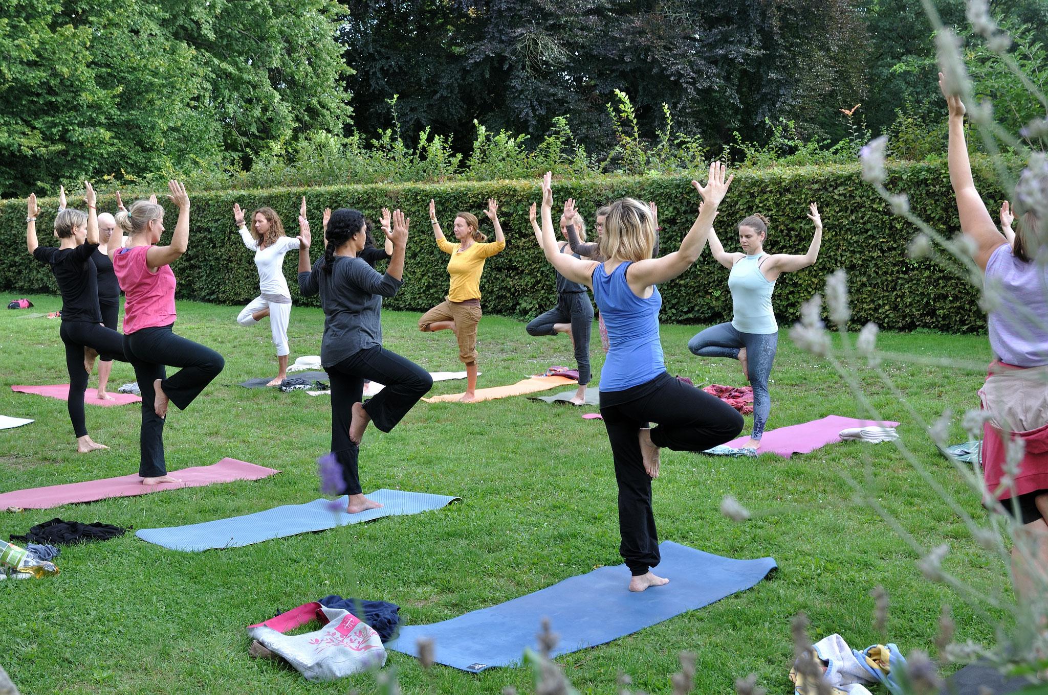 Yin & Yang Yoga mit Nina und Zen-Gitarre mit Dennis (Garten Villa Salve Hospes). Foto: Elisabeth Stumpf