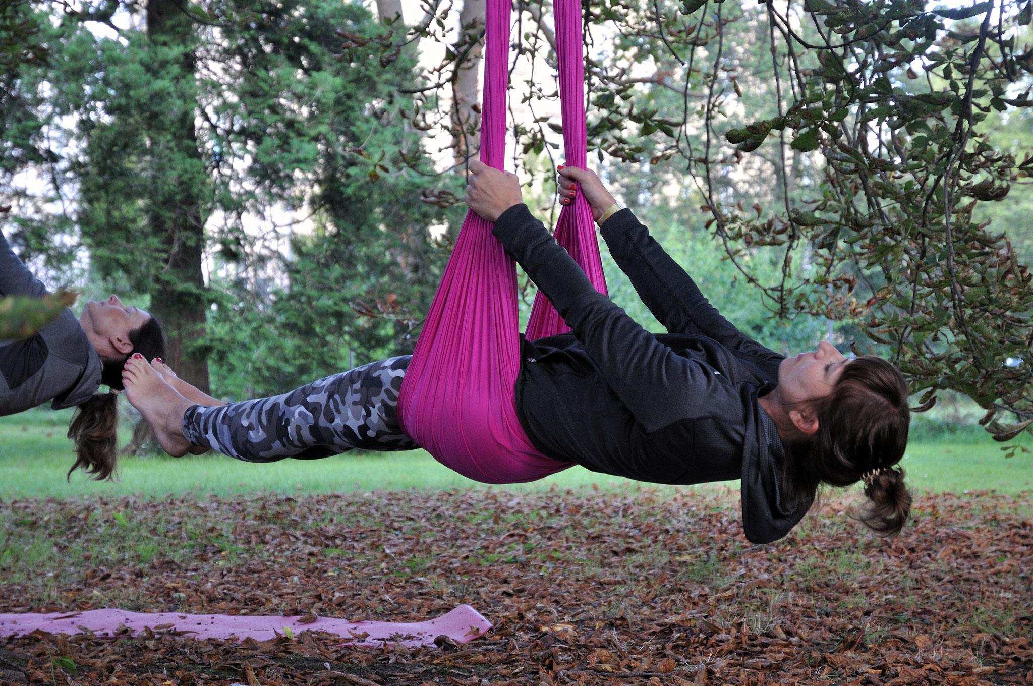 Aerial Yoga mit Friederike im Garten der Villa Salve Hospes. Foto: Elisabeth Stumpf