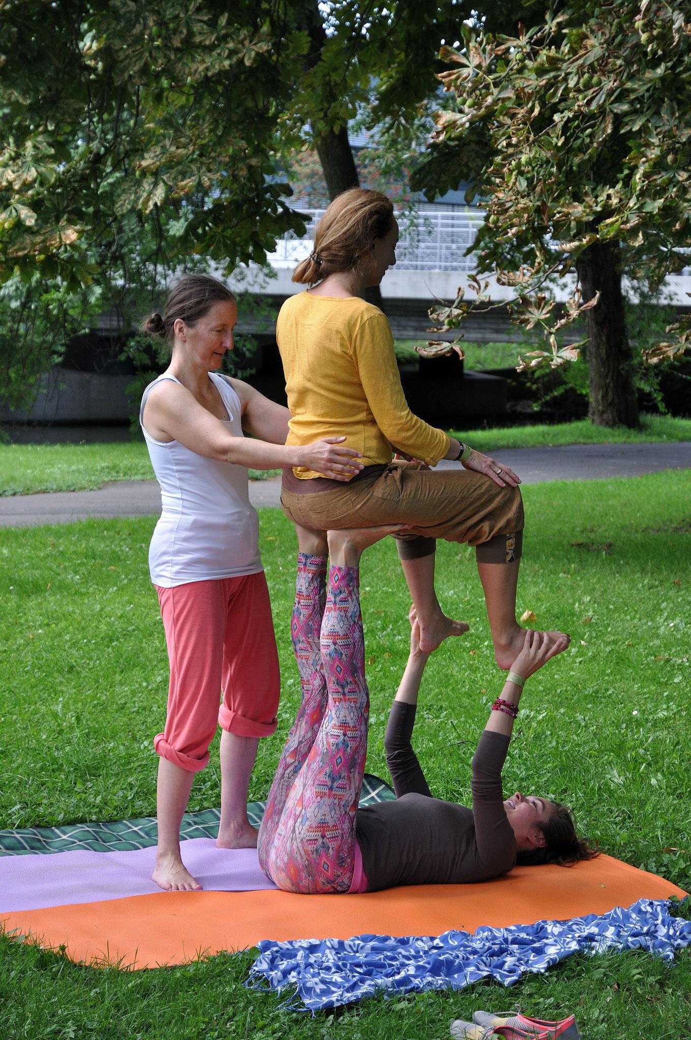 AcroYoga im Bürgerpark mit Svea vom Yoganest. Foto: Elisabeth Stumpf