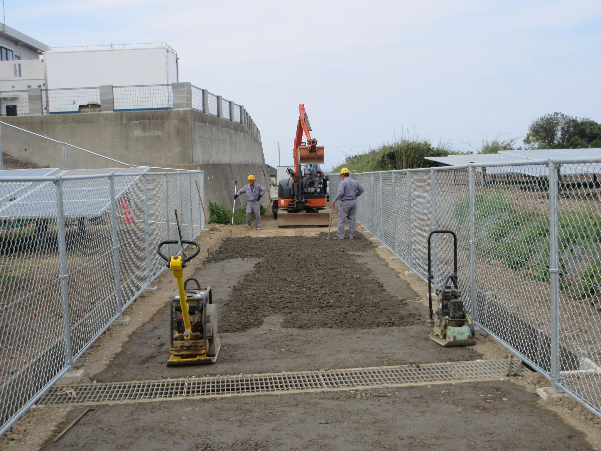道路横断側溝と砂利舗装