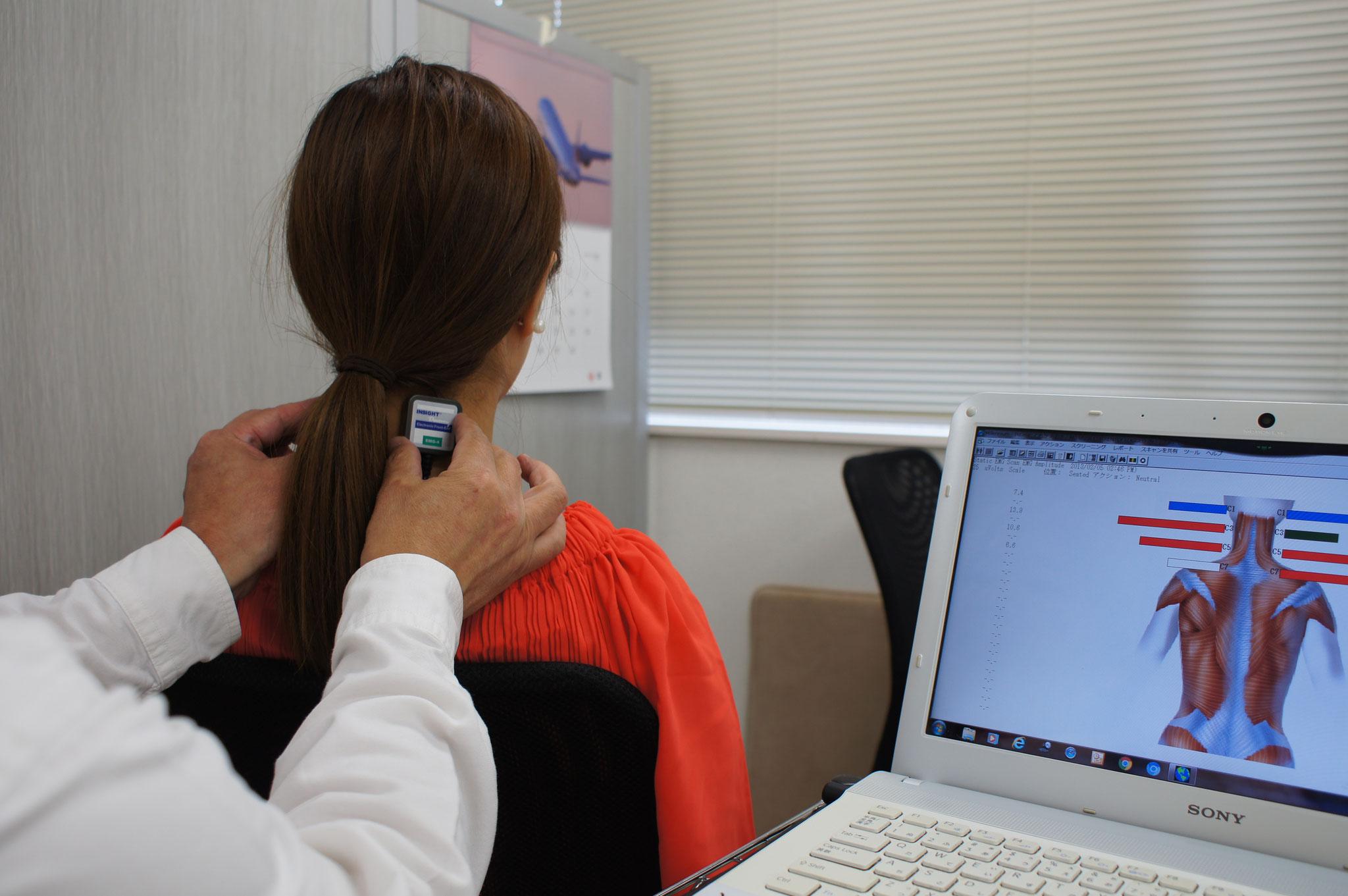 ②首の緊張度を機械で計測します。