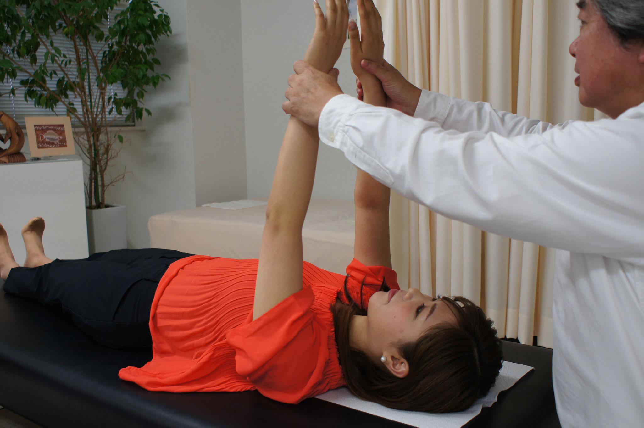 ③首の歪みを検査します。施術後は歪みが改善し、ずれていた手や足の長さがピッタリ揃います。