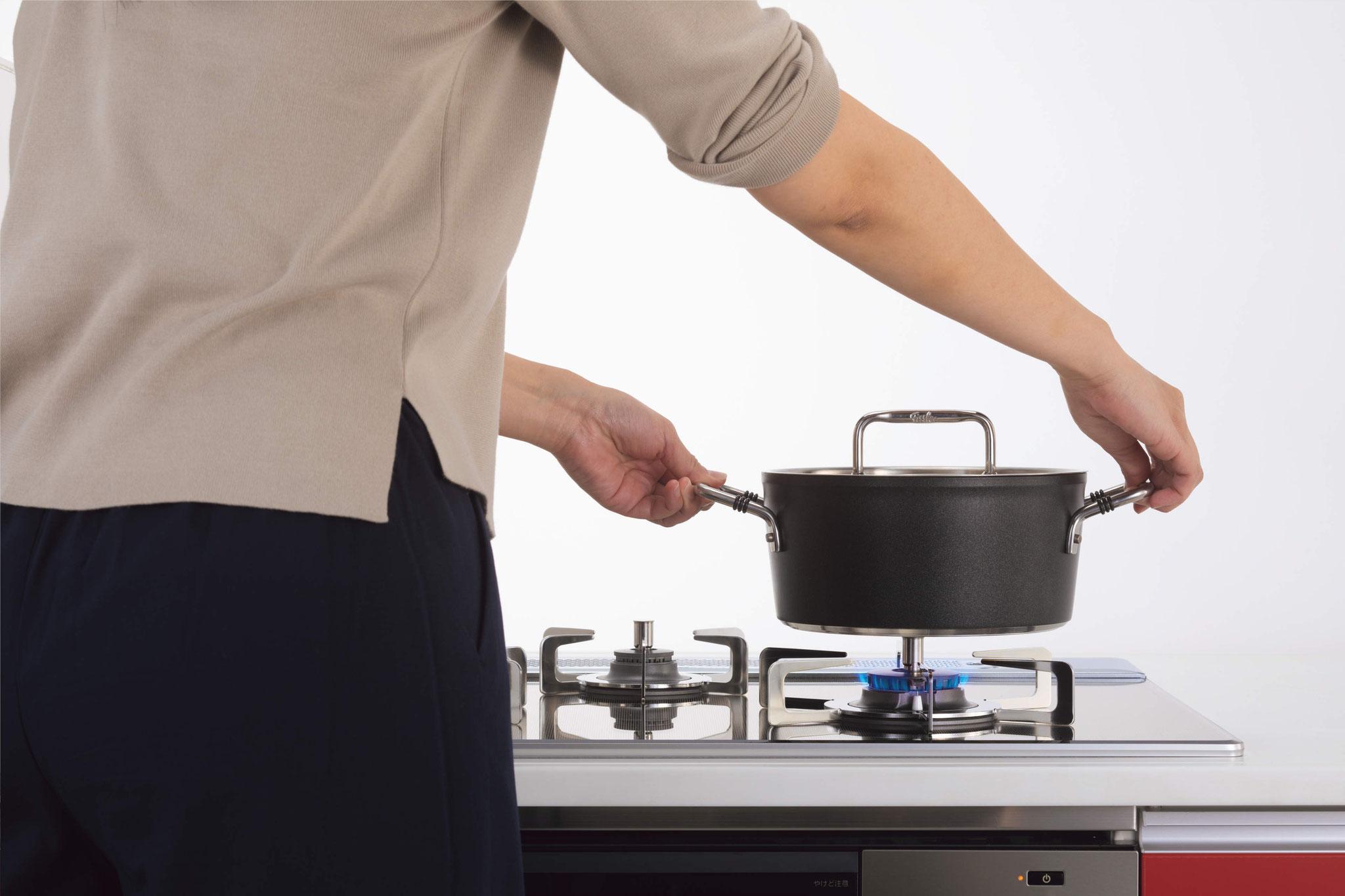 お鍋を置かないと点火せず、調理中にお鍋を離すと自動で小火に、そのまま放置で自動消火。「鍋なし検知機能」を搭載