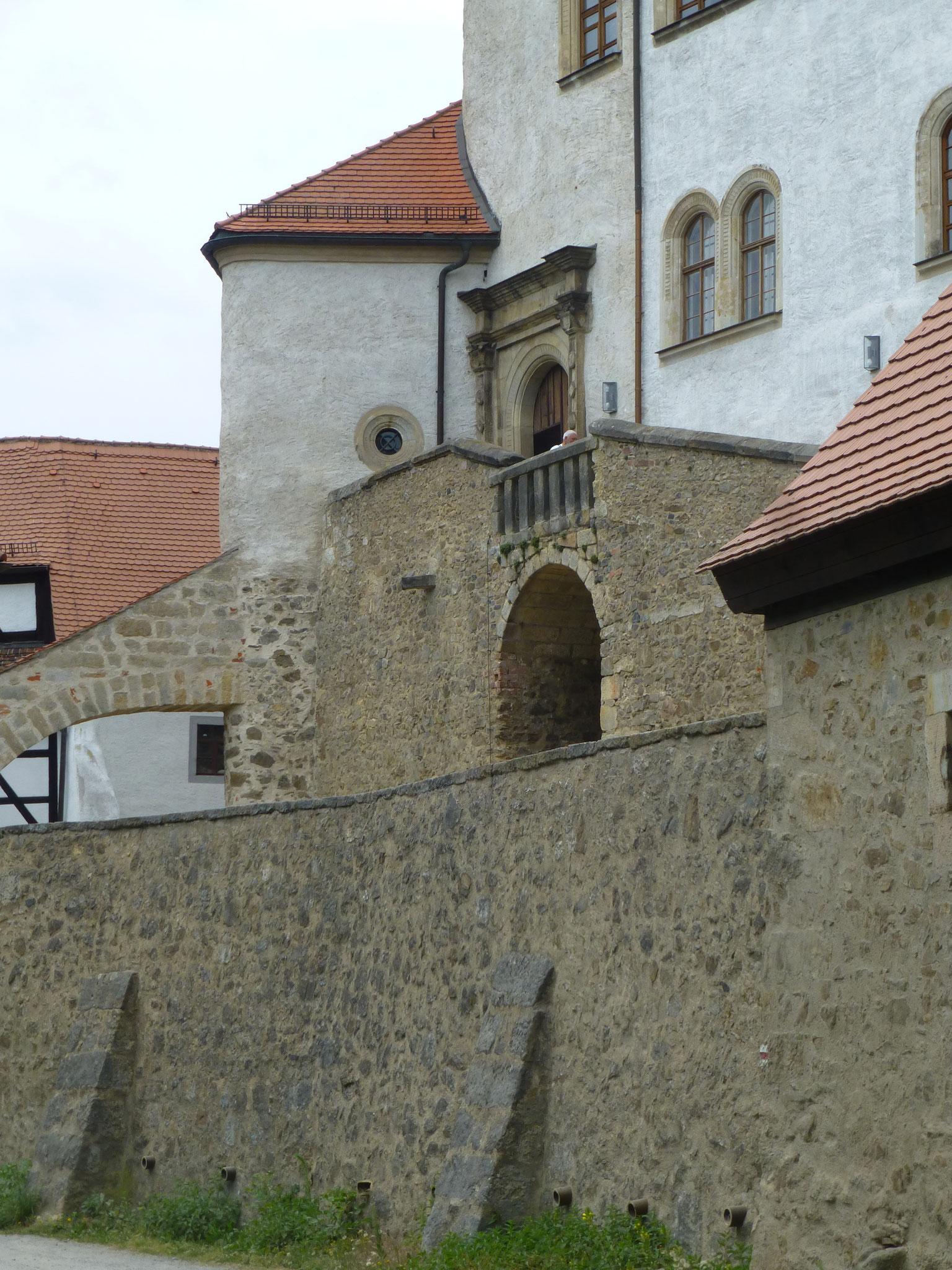 Höhenstruktur von Osten, Renaissance-Portal über der Reitertreppe, unten die äußere Ringmauer