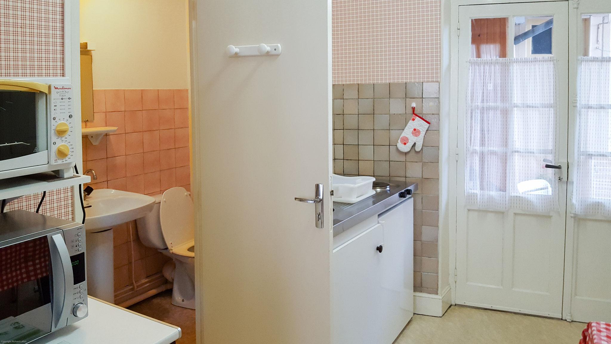 SALLE D'EAU AVEC LAVABO DOUCHE WC