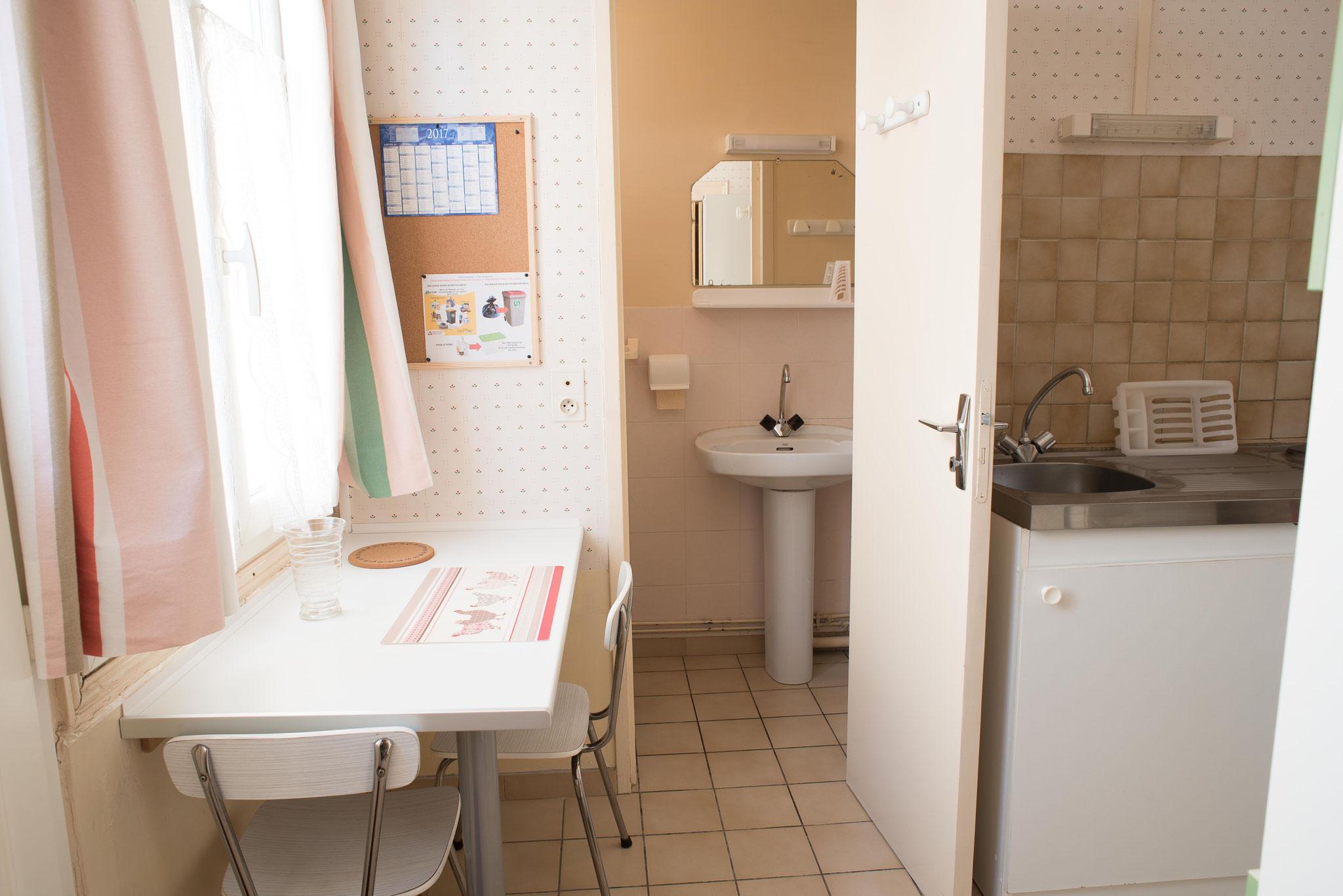 CUISINE ET VUE DE LA SALLE D'EAU (LAVABO DOUCHE ET WC)