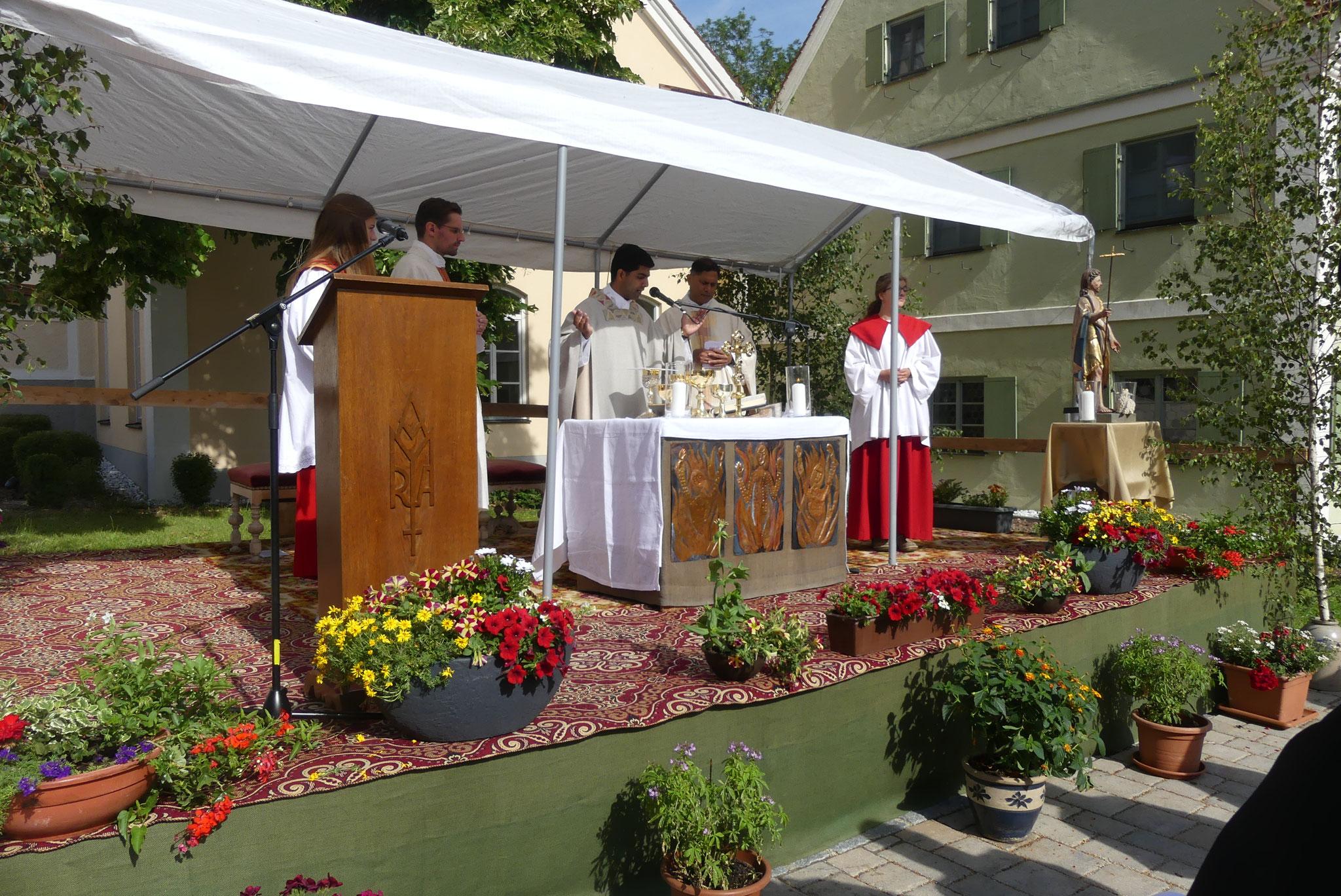 Pfarrer Konrad Maria Bestle, Pfarrer Linson Thatill und Pfarrer Norman D´Souza feierten den Festgottesdienst zum Patrozinium des heiligen Johannes des Täufers im Klosterhof Holzen