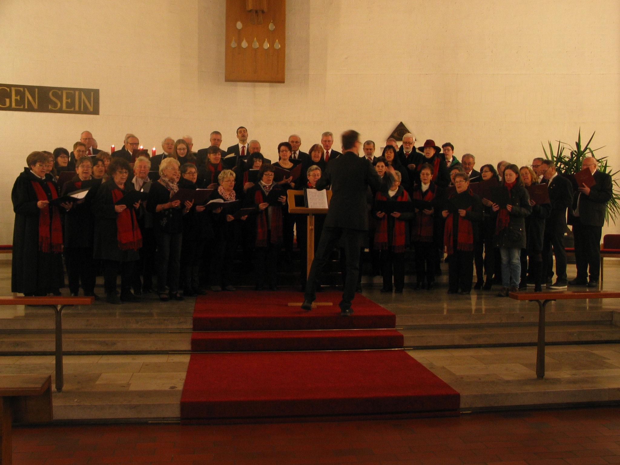 """Das Lied """"Zusammenwachsen"""" sangen am Ende des Adventskonzertes die Kirchenchöre aus Nordendorf und Westendorf sowie der Männergesangverein Nordendorf"""